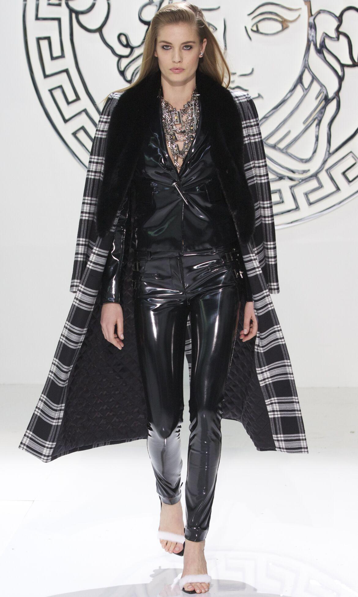 Catwalk Versace Fall Winter 2013 14 Women Collection Milan Fashion Week 4d9684964aad5