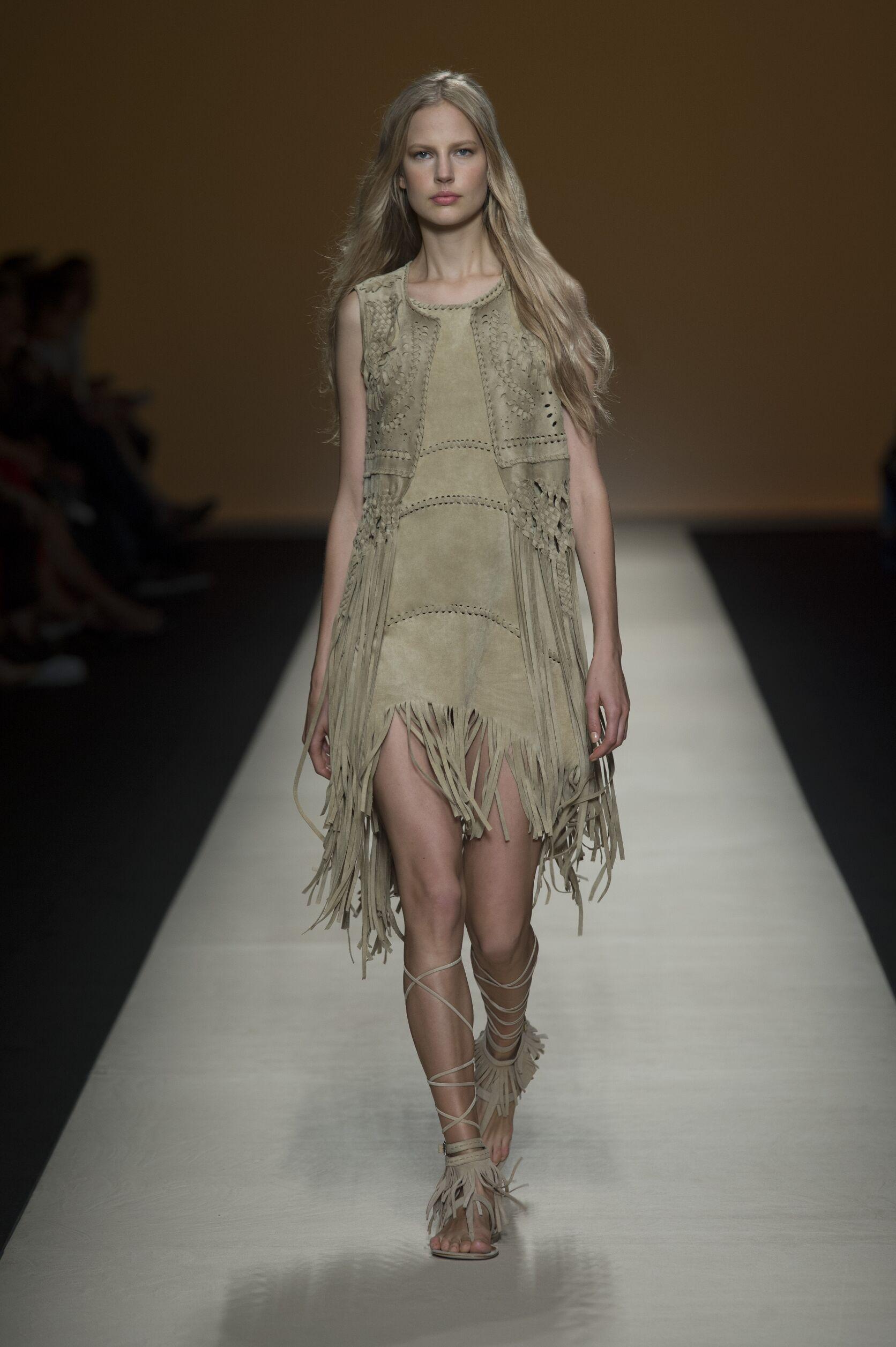 2015 Catwalk Alberta Ferretti Woman Fashion Show Summer
