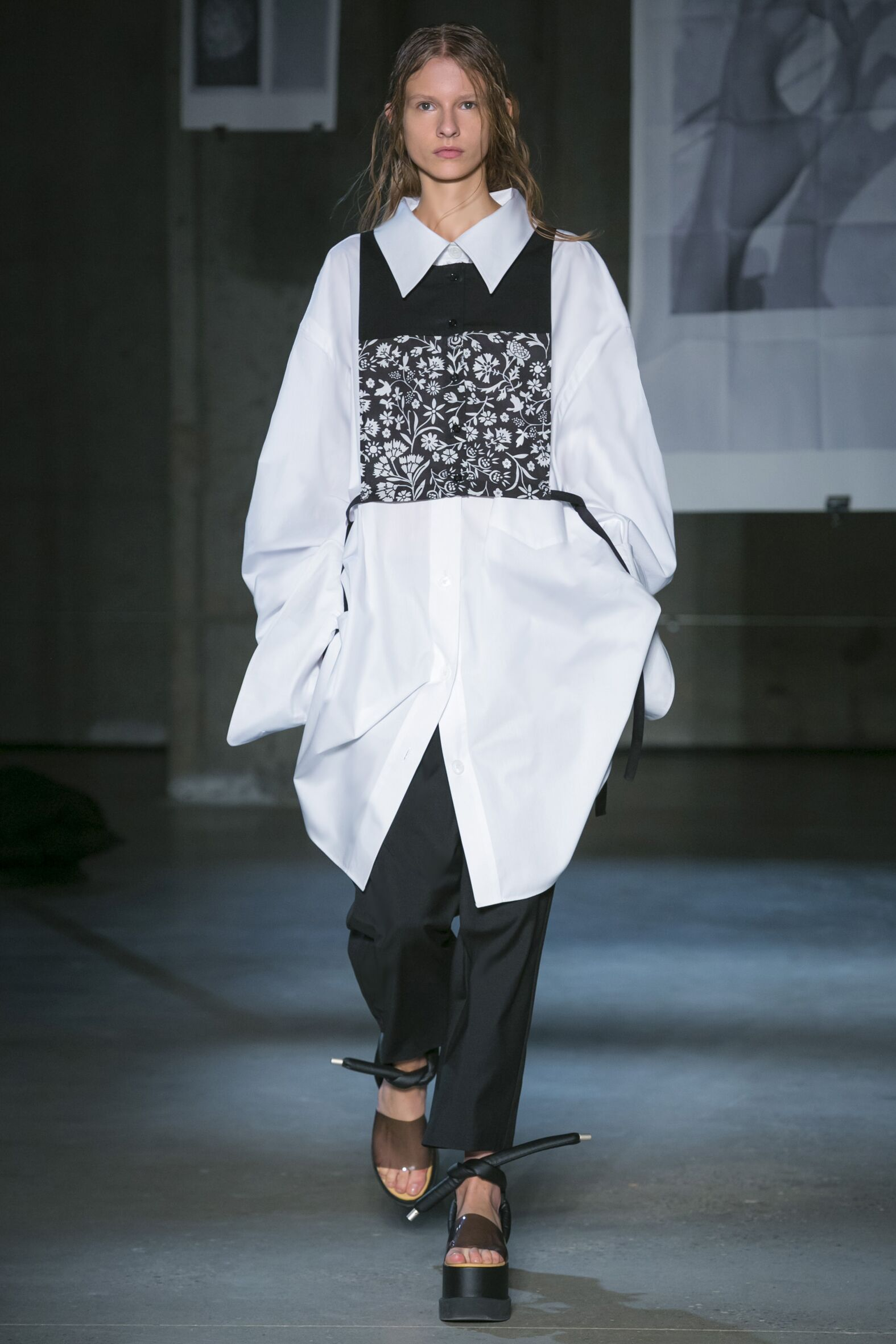 Catwalk MM6 Maison Martin Margiela Woman Fashion Show Spring 2015