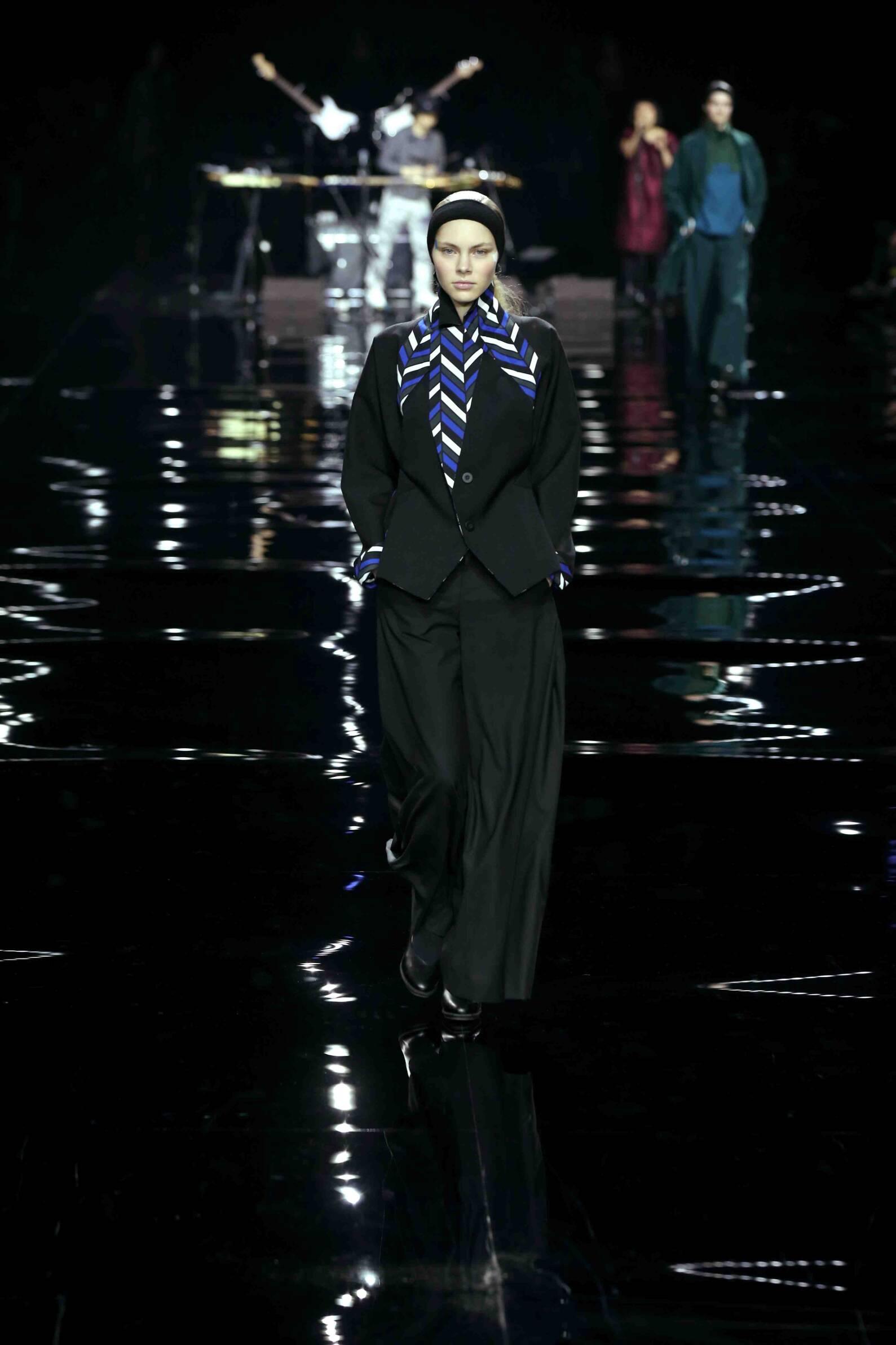 2015 Fashion Woman Model Issey Miyake Collection Catwalk