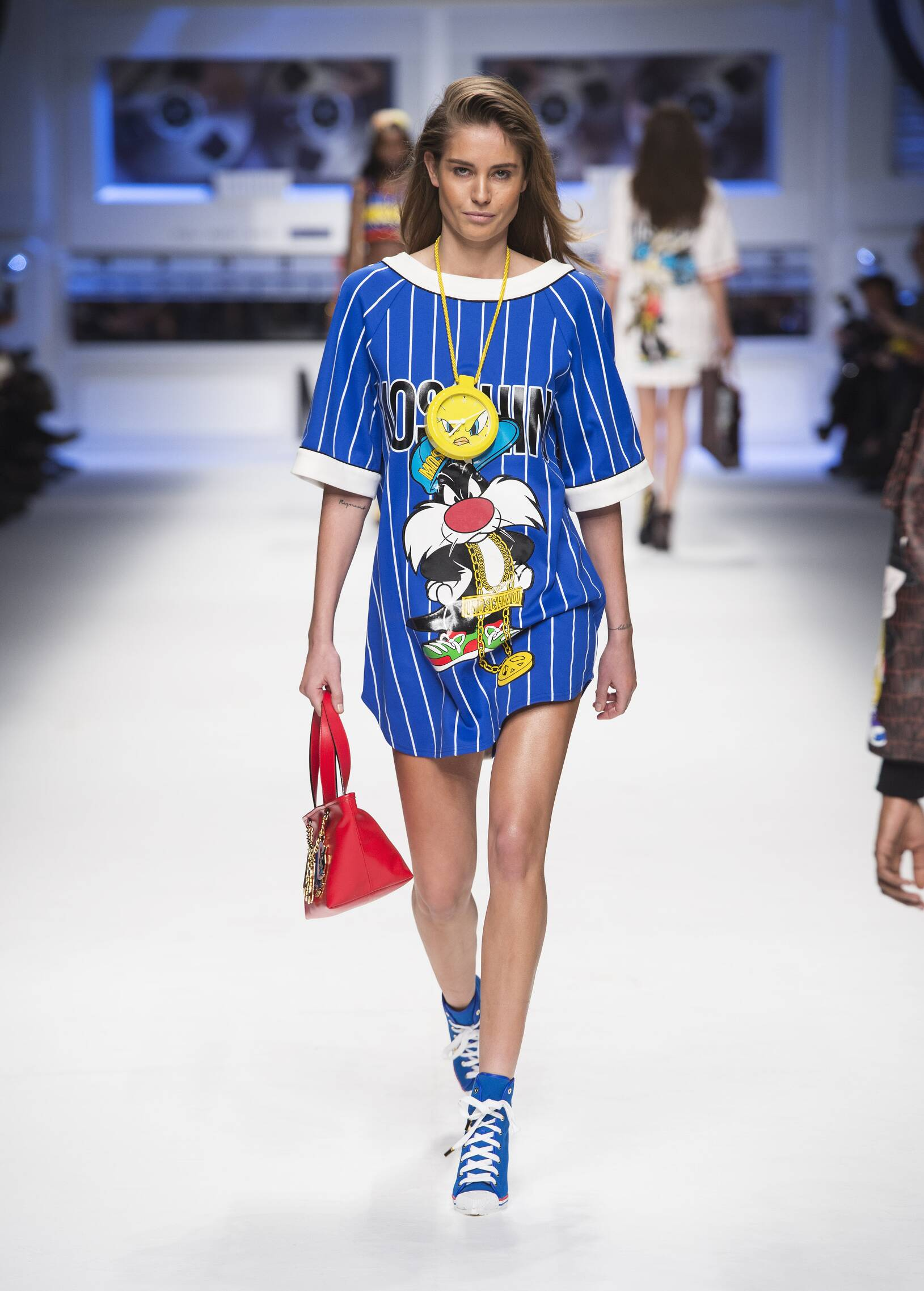 2015 Fashion Woman Model Moschino Collection Catwalk