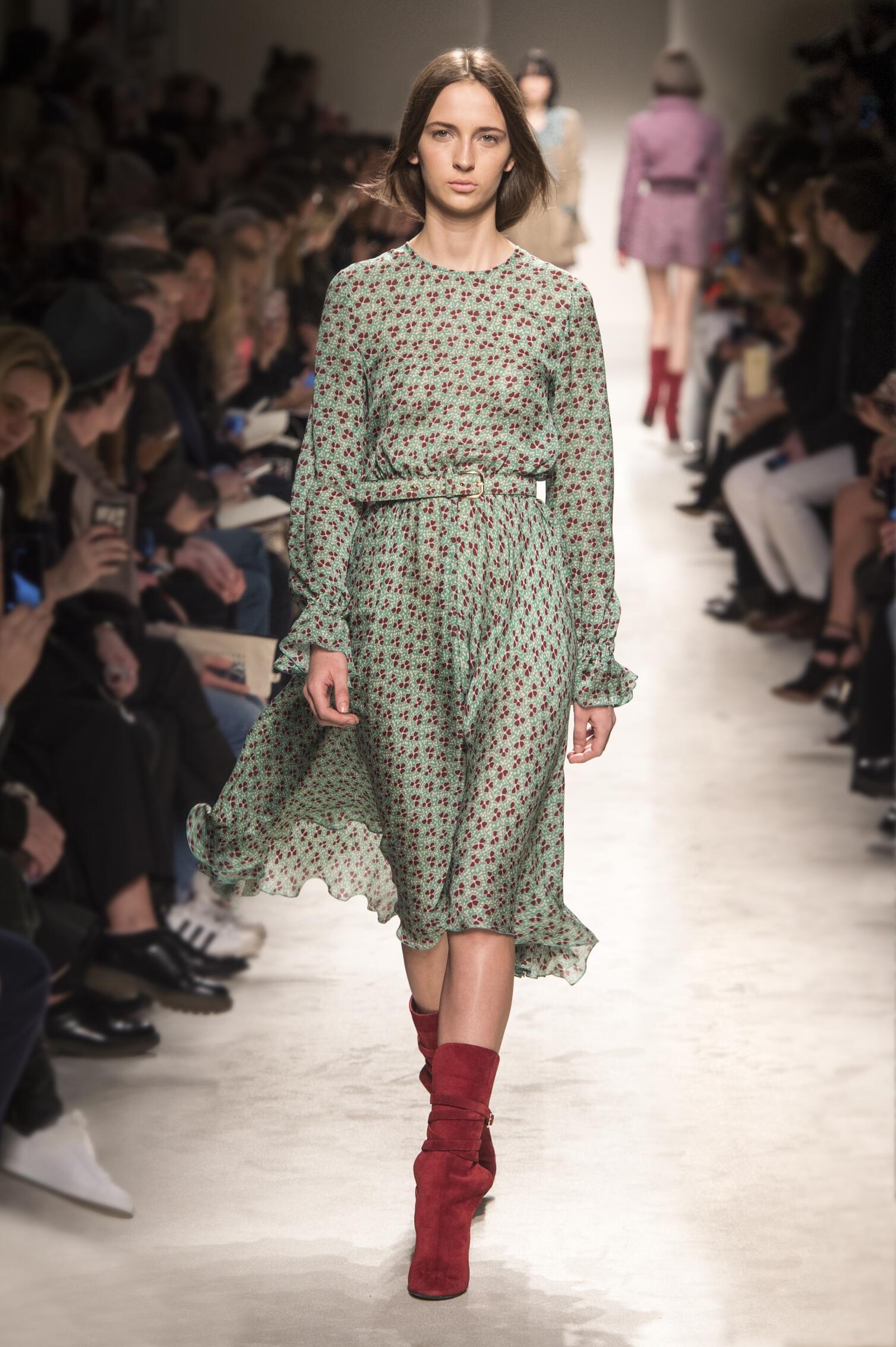 2015 Fashion Woman Model Philosophy di Lorenzo Serafini Collection Catwalk