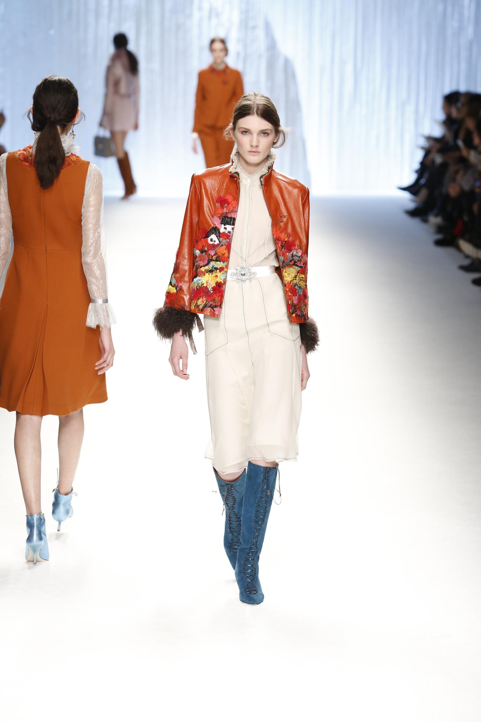 2015 Fashion Woman Model Shiatzy Chen Collection Catwalk