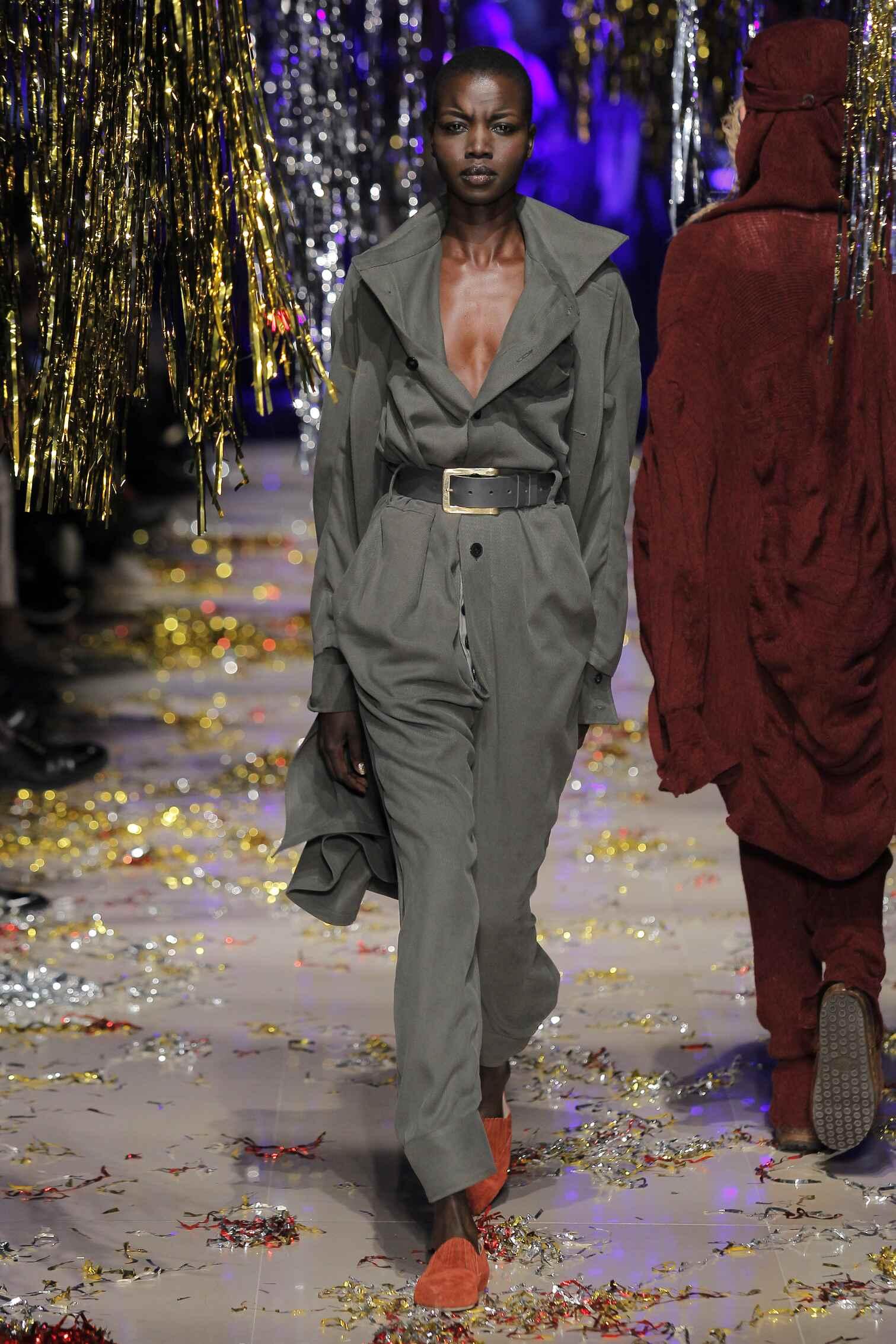 2015 Fashion Woman Model Vivienne Westwood Gold Label Collection Catwalk