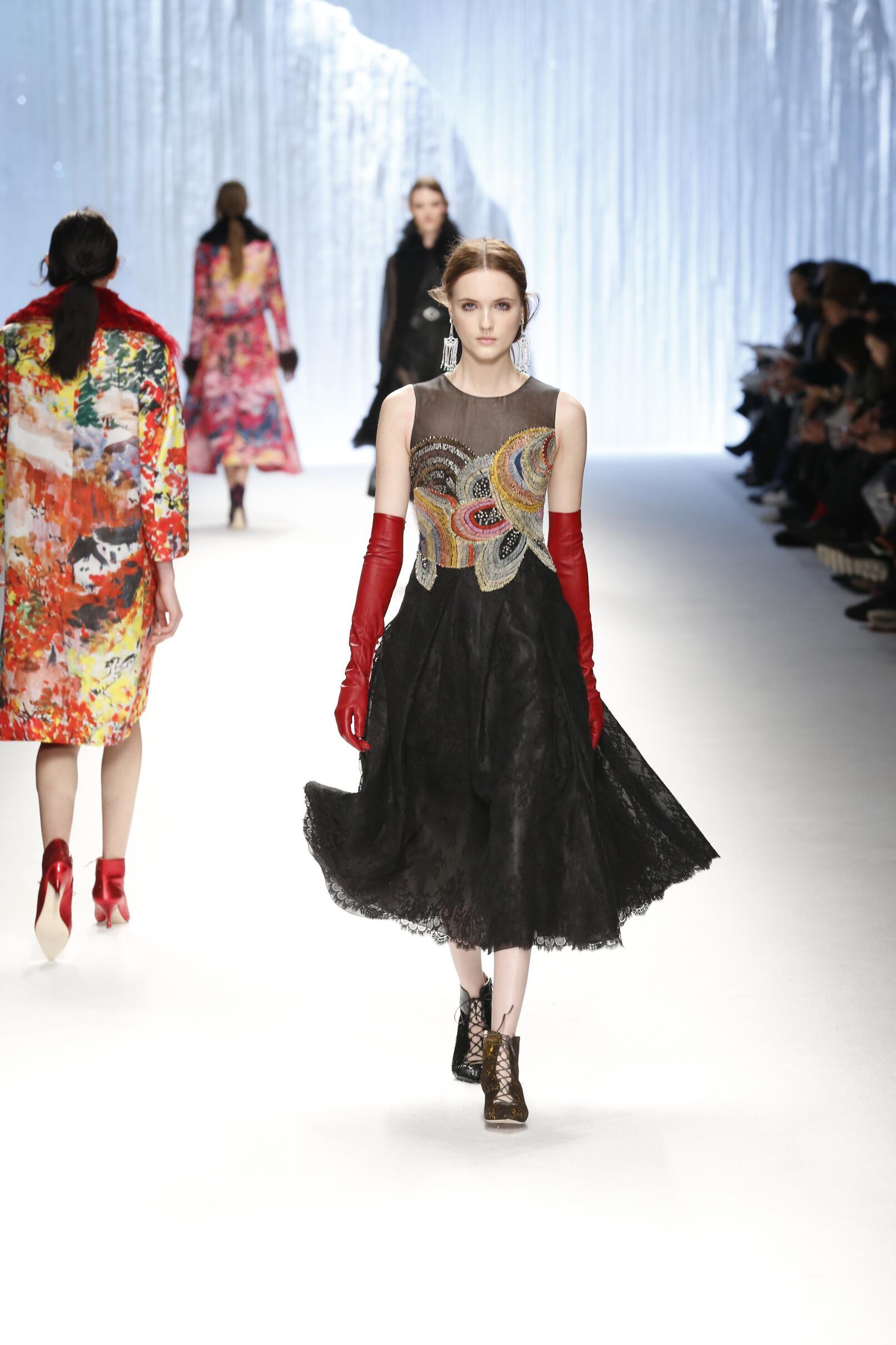 Catwalk Shiatzy Chen Collection Fashion Show Winter 2015