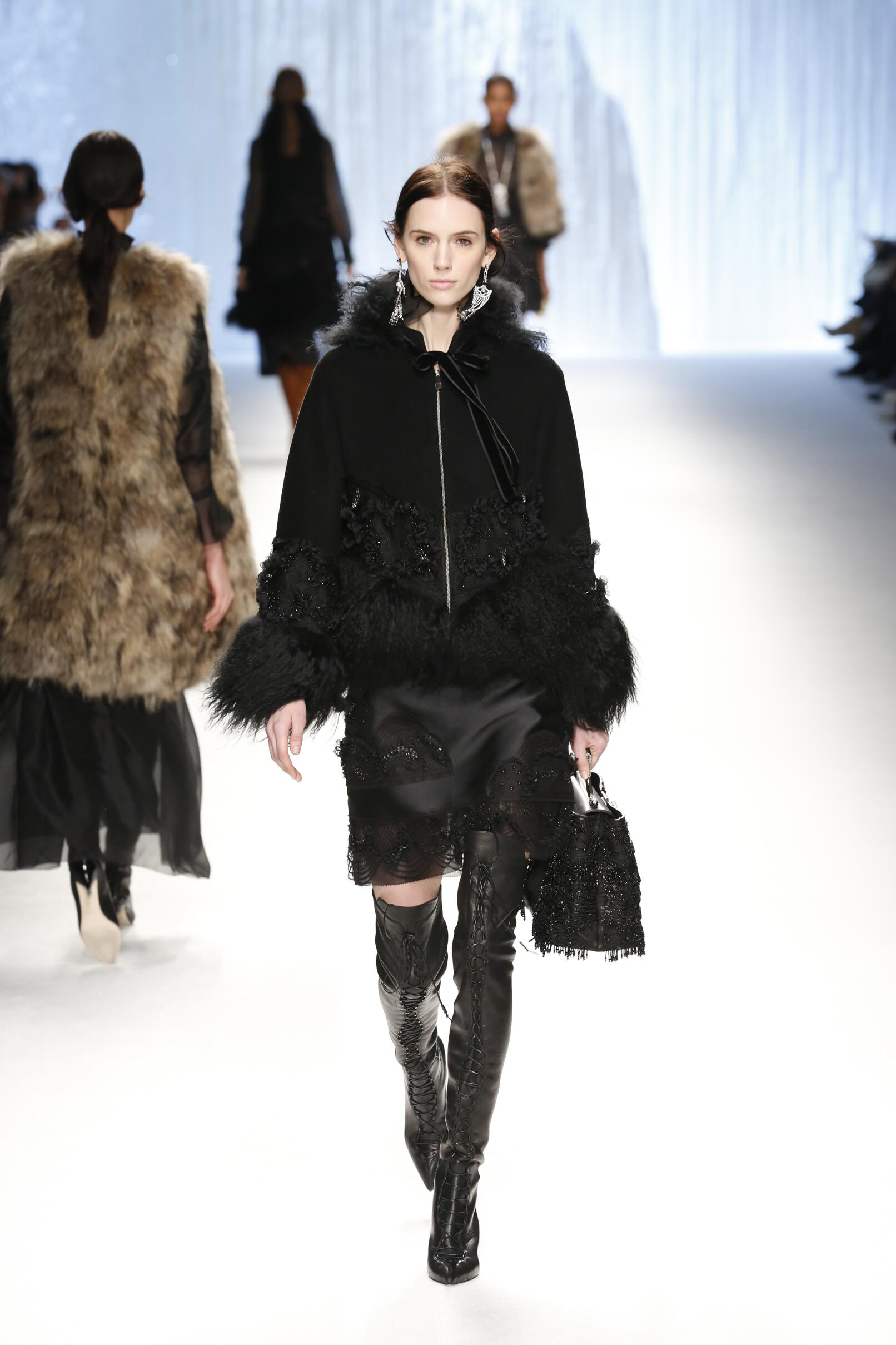 Catwalk Shiatzy Chen Fall Winter 2015 16 Women's Collection Paris Fashion Week