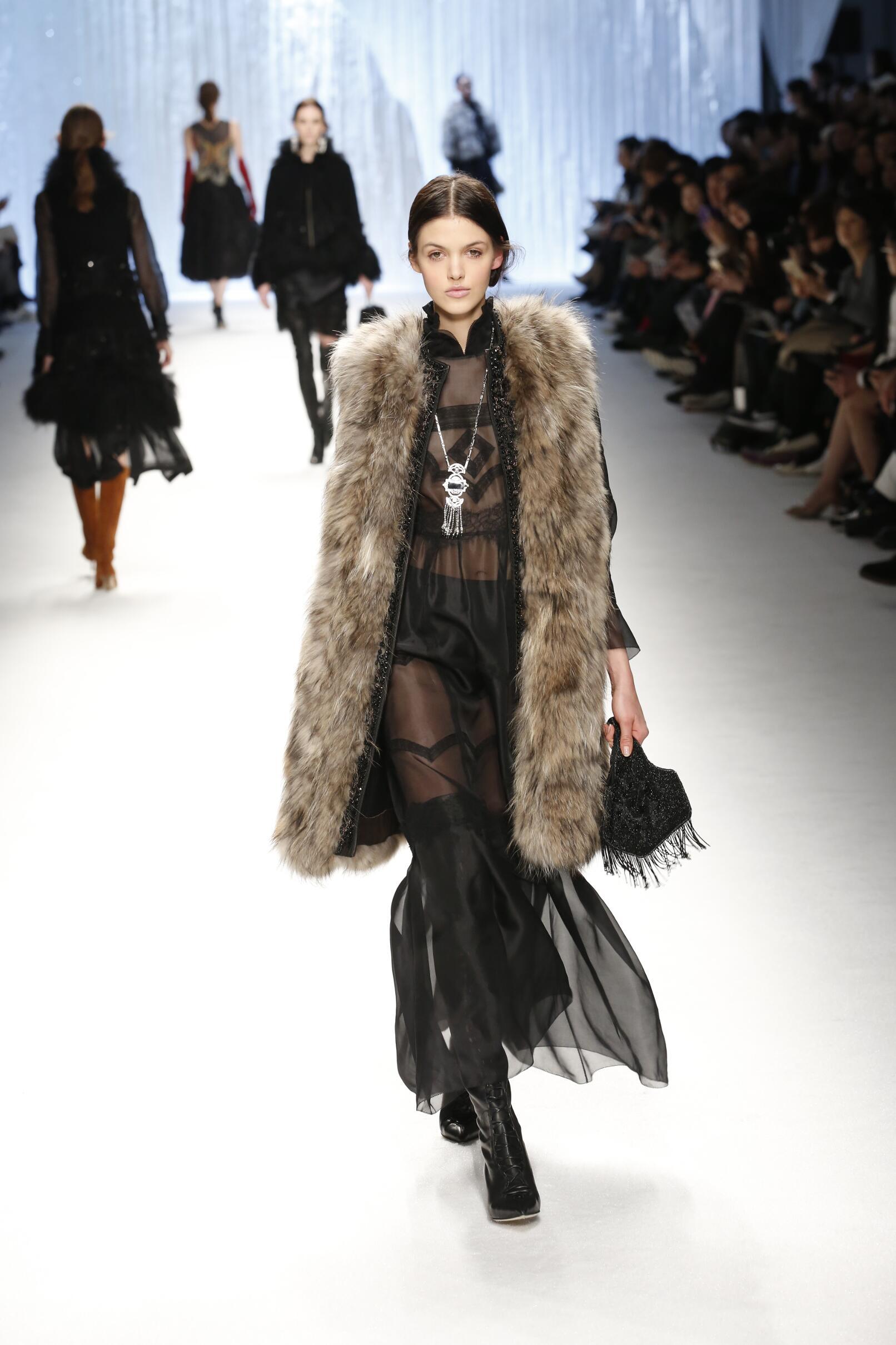 Fall Shiatzy Chen Collection Fashion Women Model