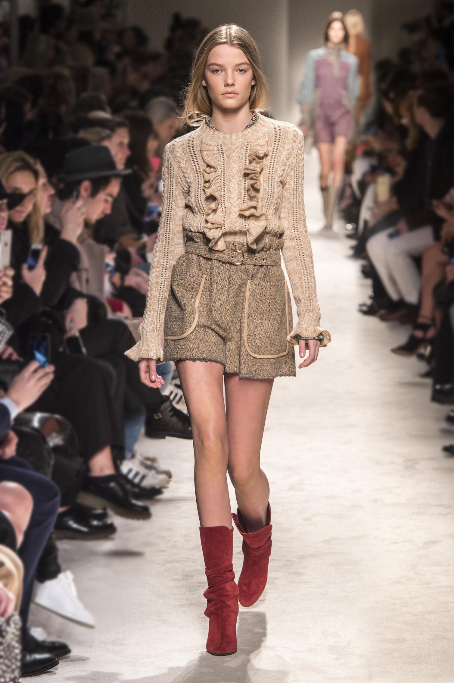 Fashion Woman Model Philosophy di Lorenzo Serafini Collection Catwalk