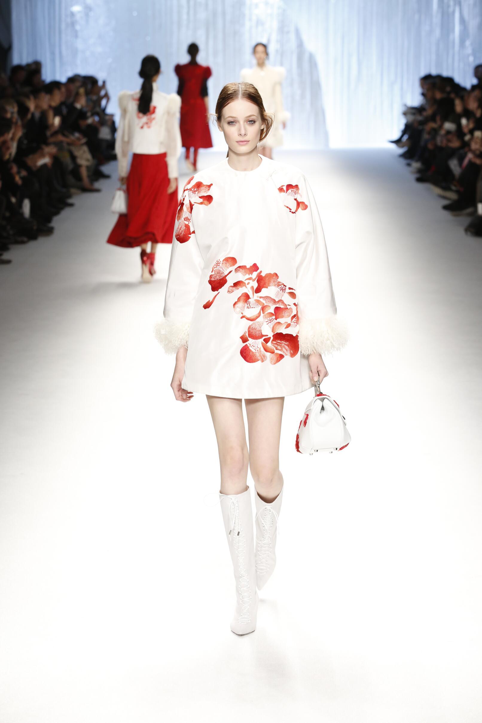 Shiatzy Chen Fall Winter 2015 16 Women's Collection Paris Fashion Week