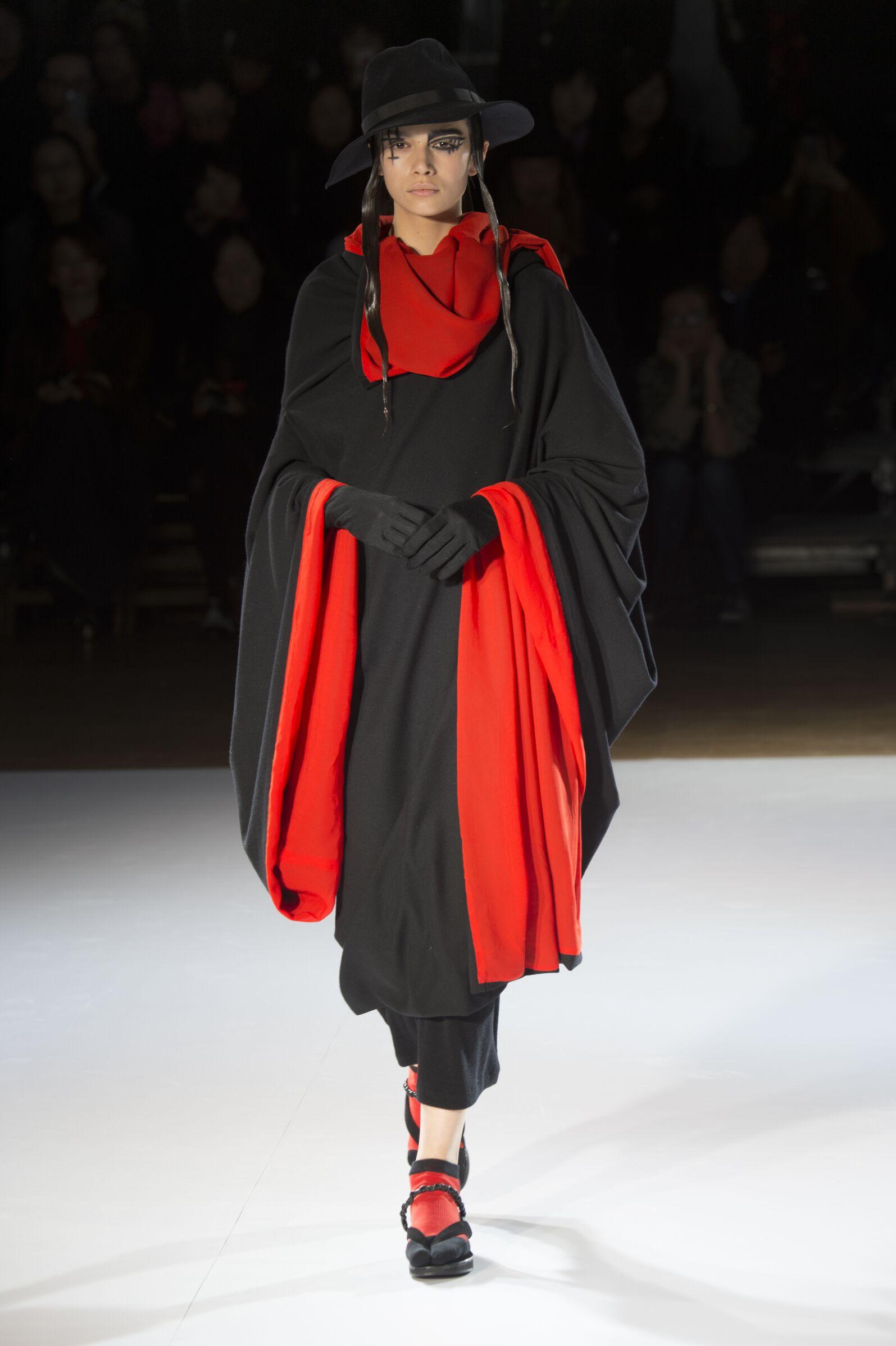 Yohji Yamamoto Fall Winter 2015 16 Womenswear Collection Paris Fashion Week Fashion Show