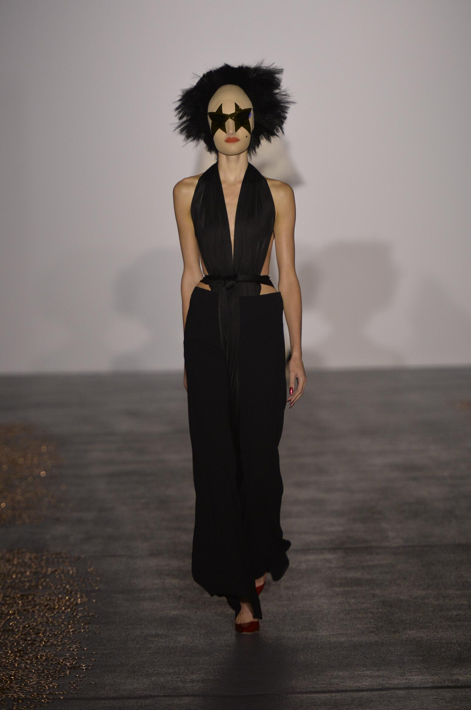 2016 Fashion Woman Model Gareth Pugh Collection Catwalk