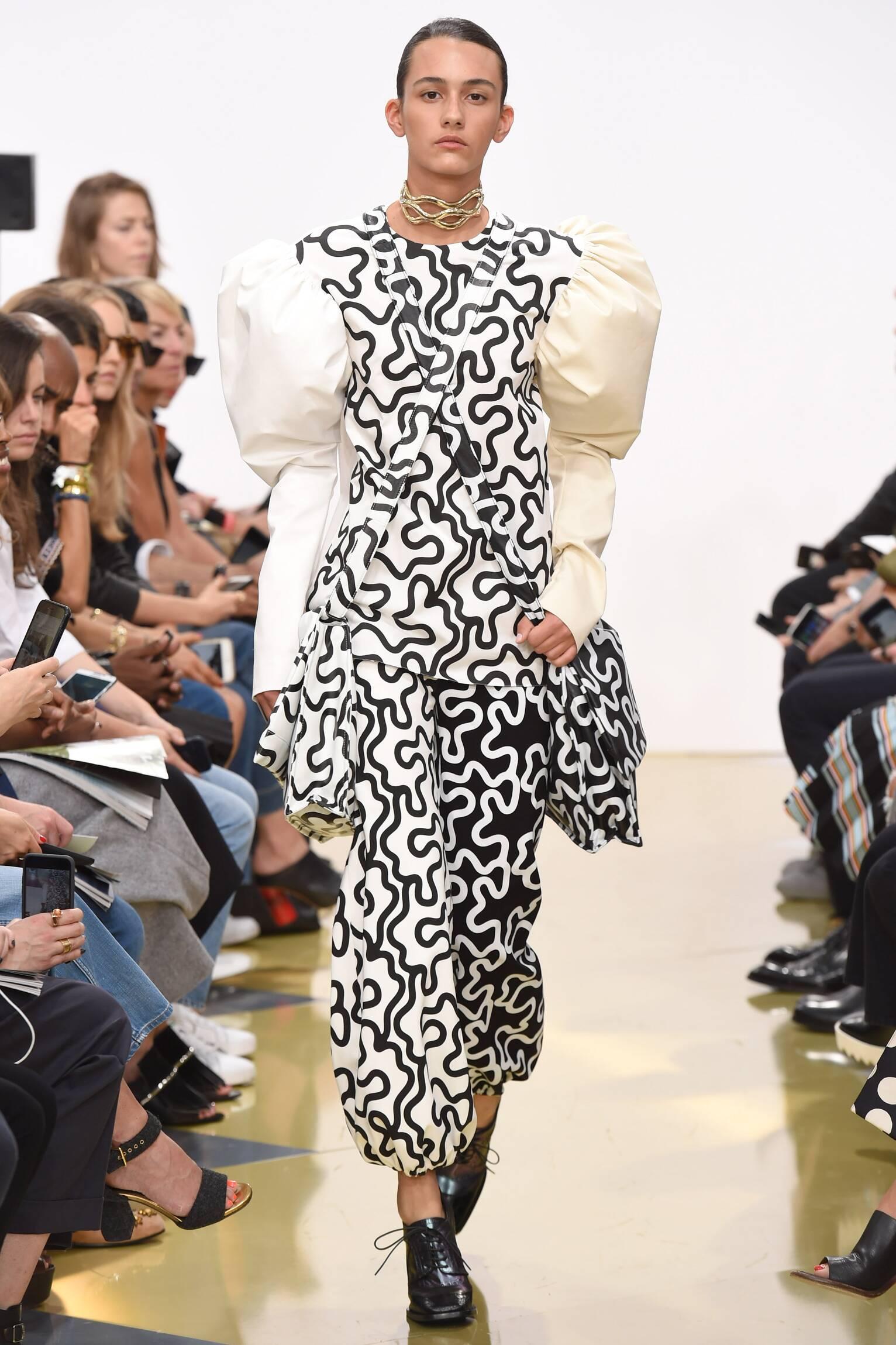 2016 Fashion Woman Model J.W. Anderson Collection Catwalk