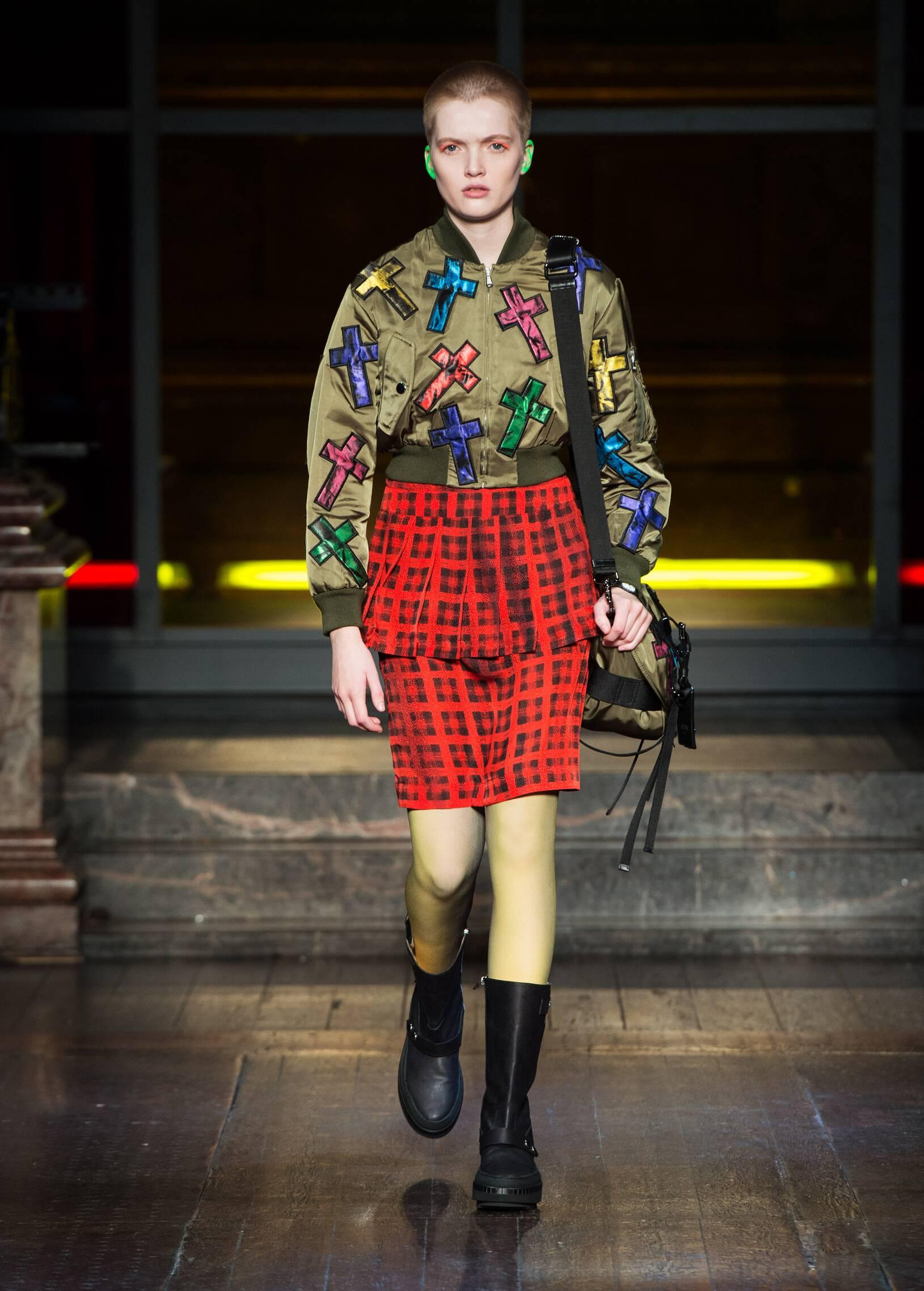 Catwalk Moschino Woman Fashion Show Winter 2016