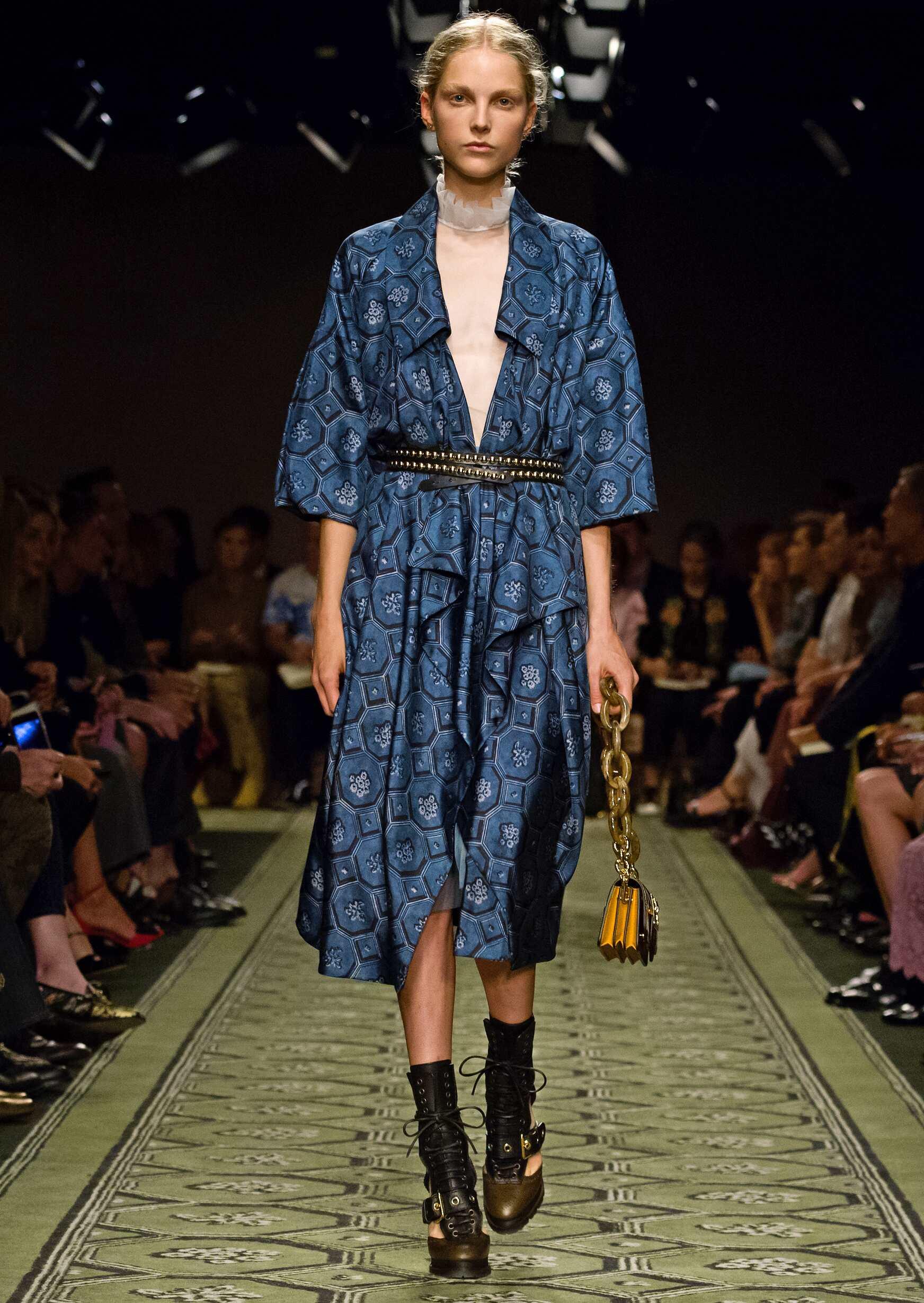 2016 Catwalk Burberry Woman Fashion Show London Fashion