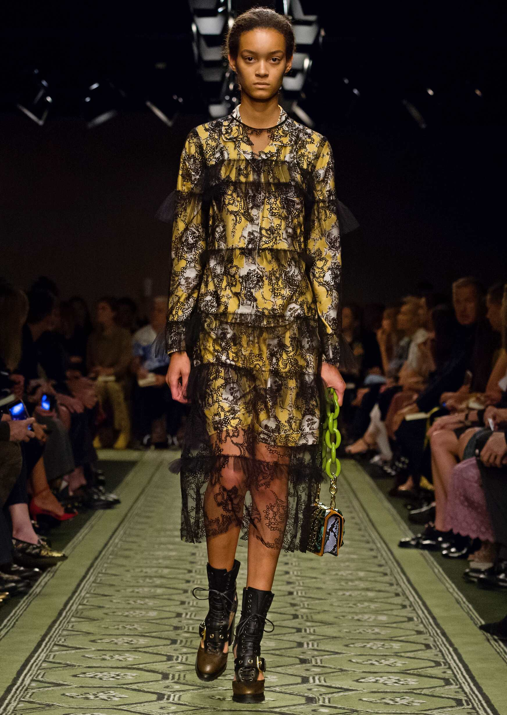Catwalk Burberry Woman Fashion Show 2016 London Fashion Week
