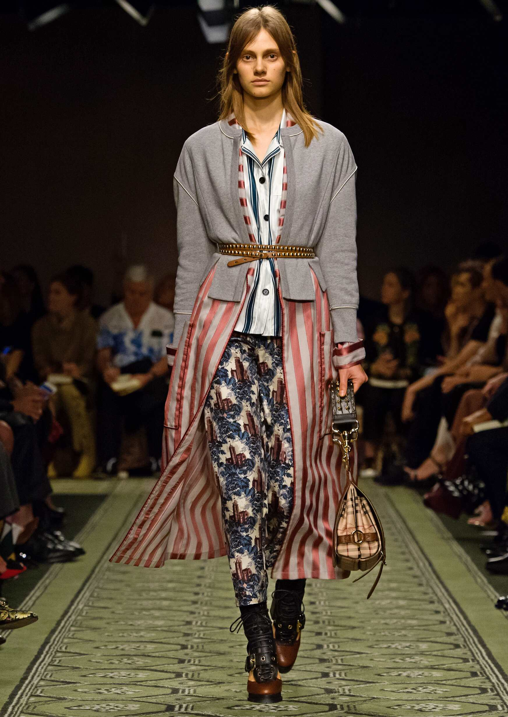 Catwalk Burberry Woman Fashion Show 2016