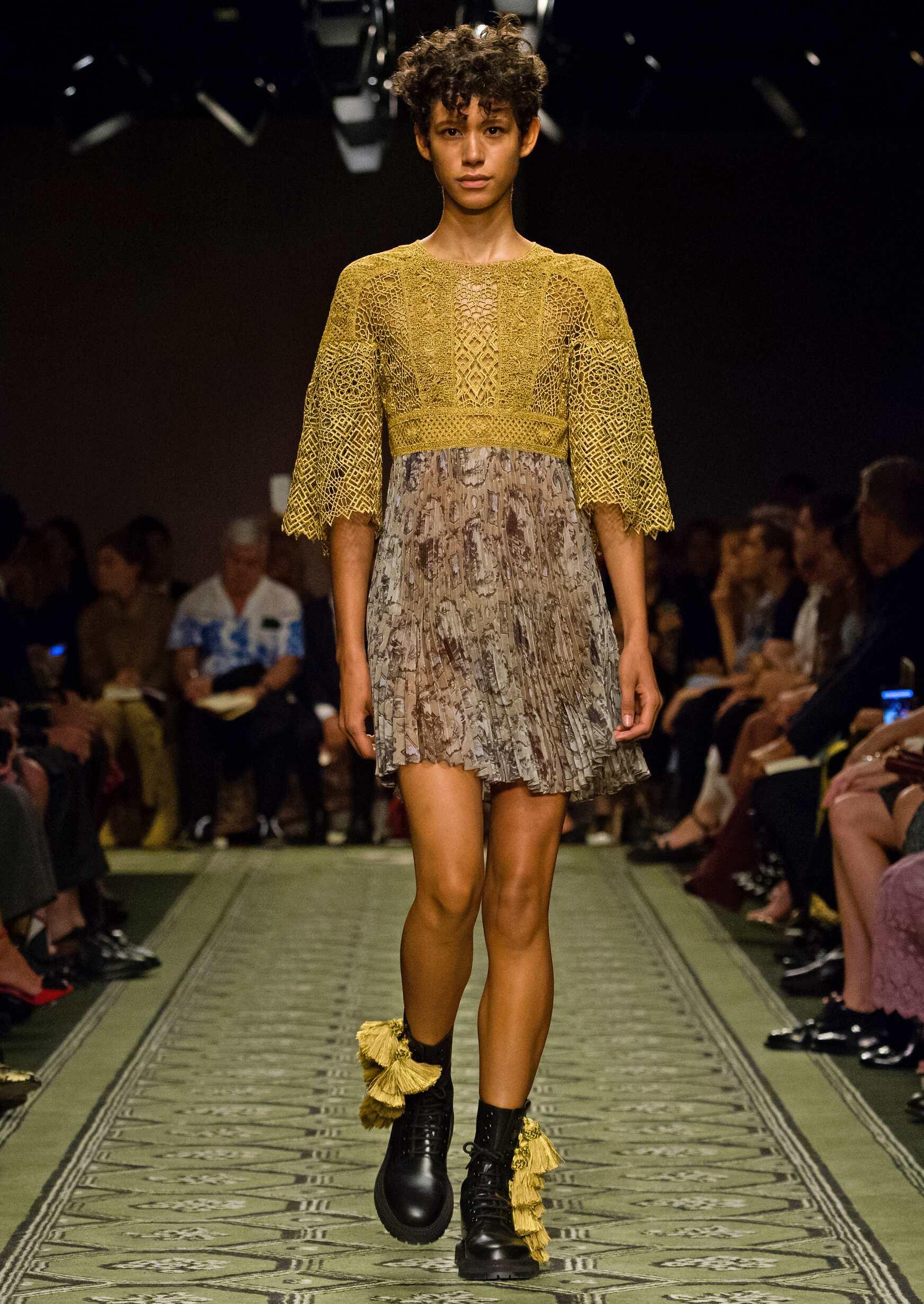 Fashion Woman Model Burberry Catwalk London Fashion Week