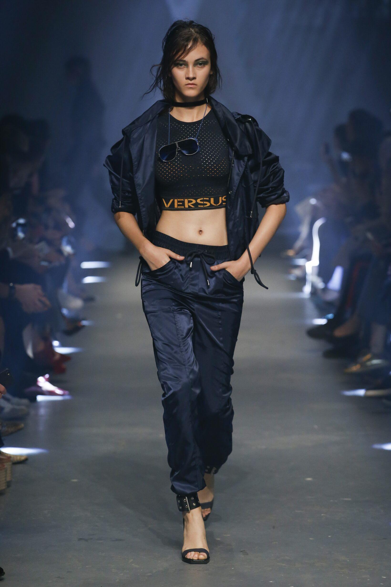 39dee866ef4c8 Catwalk Versus Versace Woman Fashion Show ...