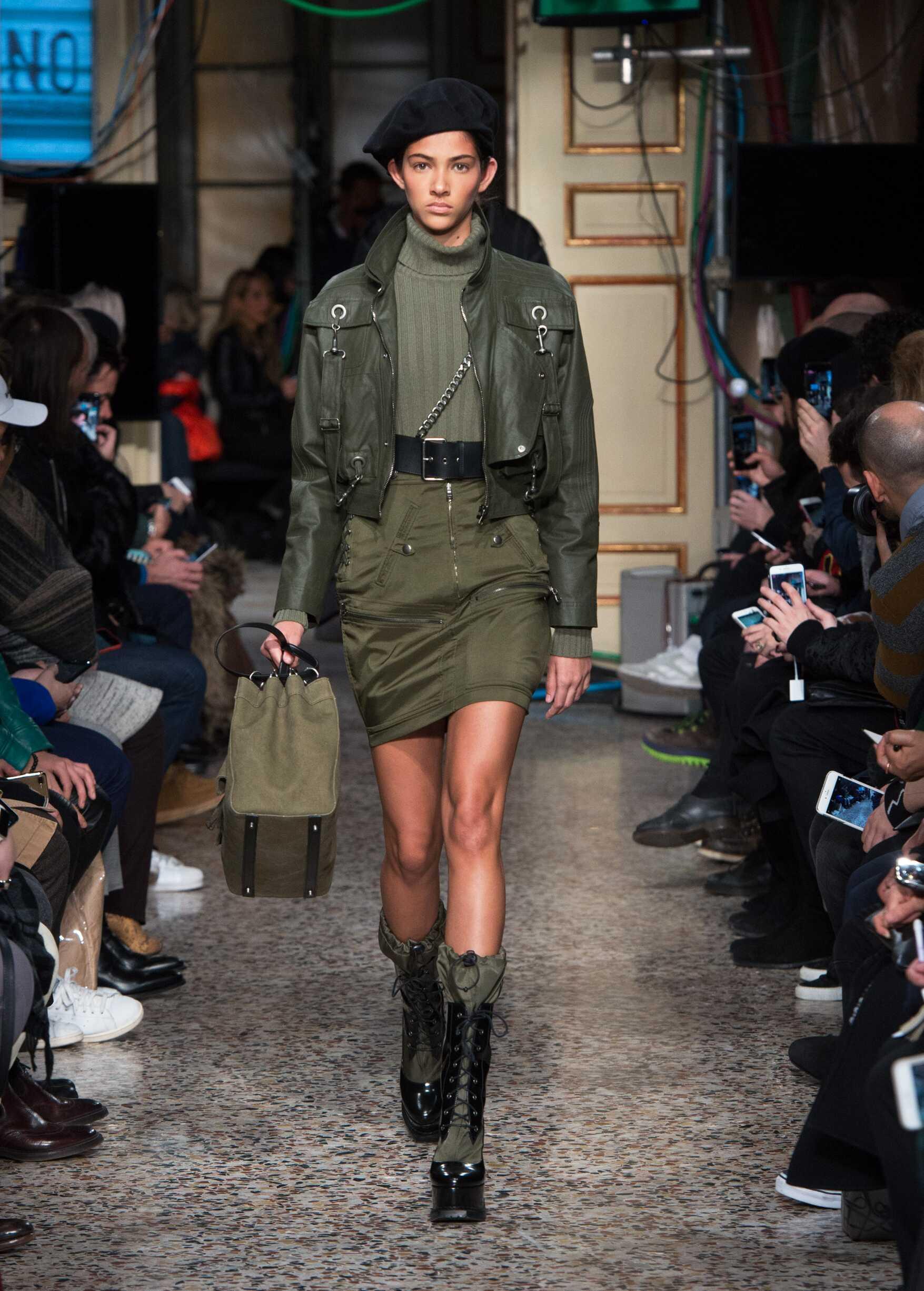 2017 Fashion Woman Model Moschino Catwalk
