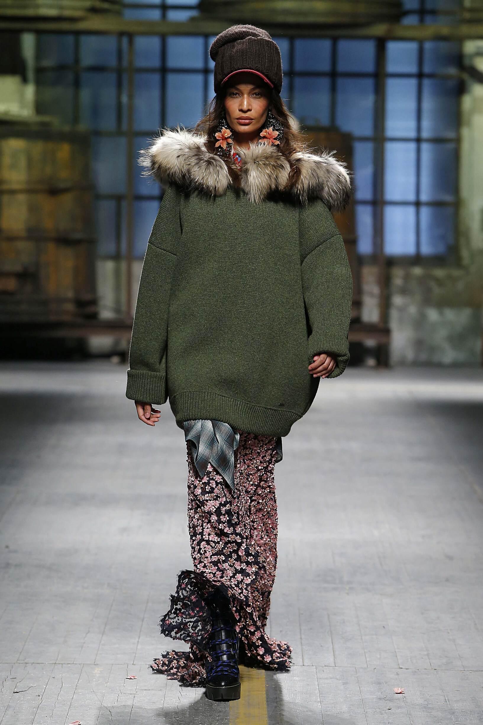 ae7ce10e4e1 Woman Model Fashion Show Dsquared2