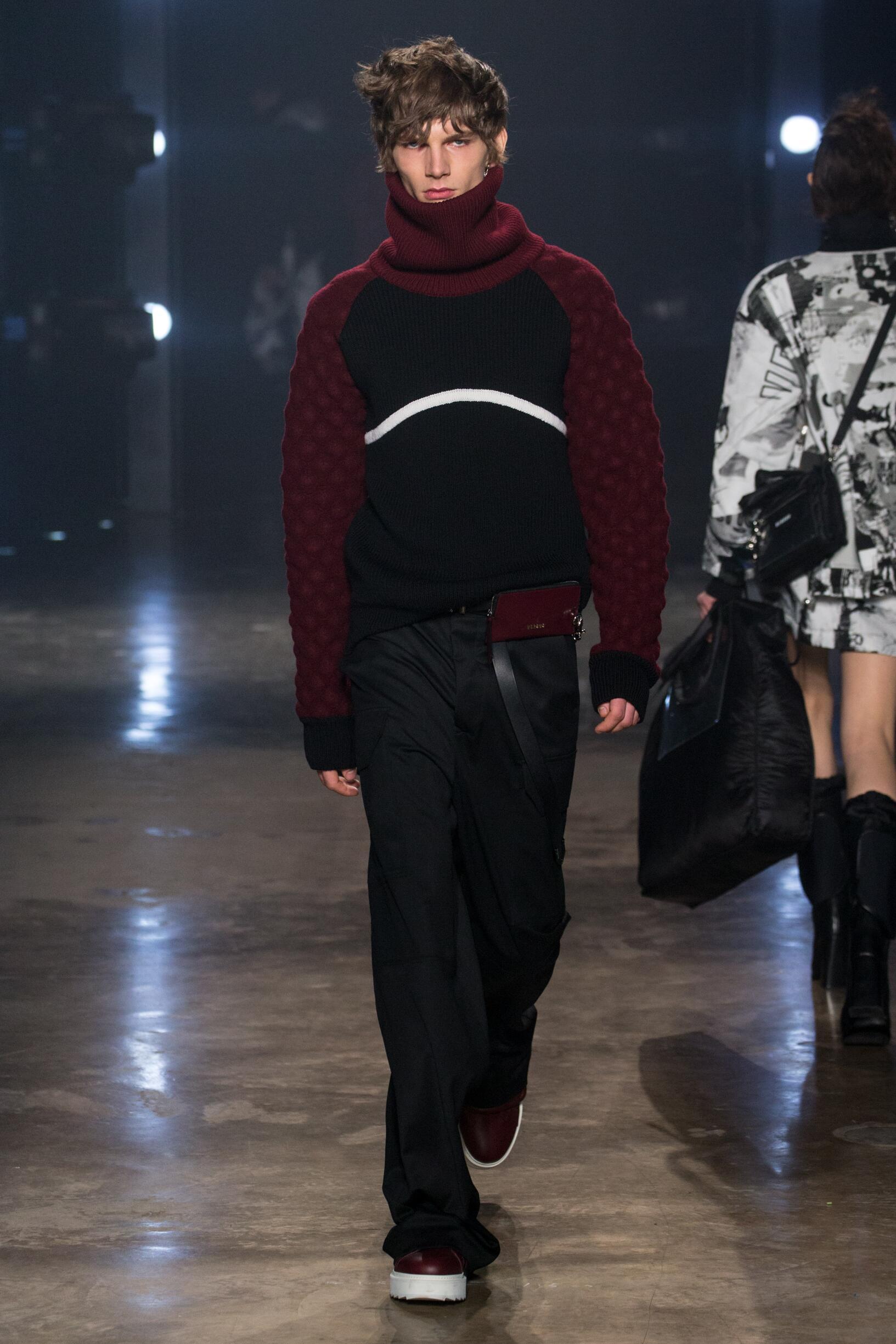 Fashion Man Model Versus Versace Catwalk 17-18