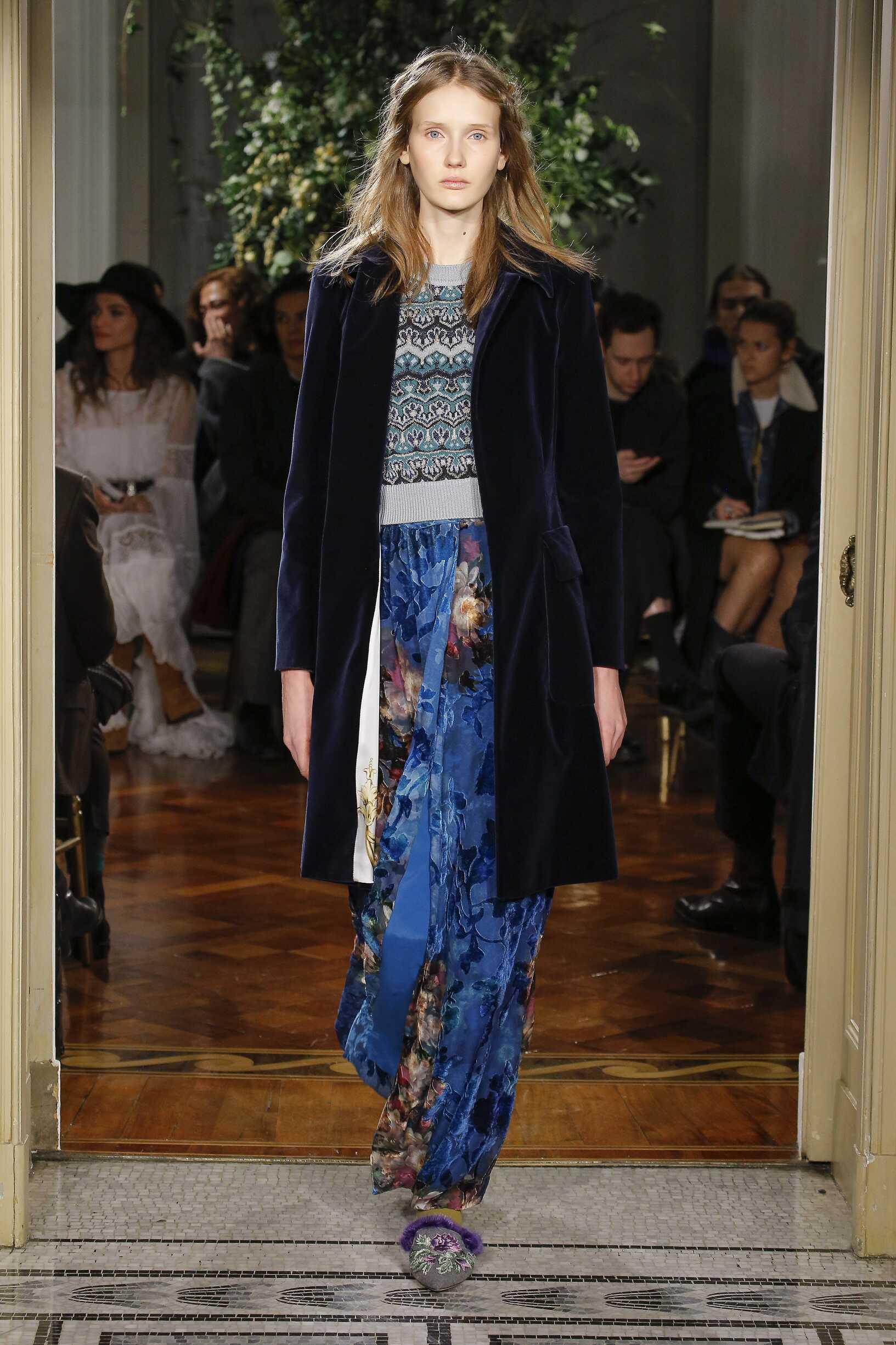 Fashion Woman Model Alberta Ferretti Catwalk 17-18