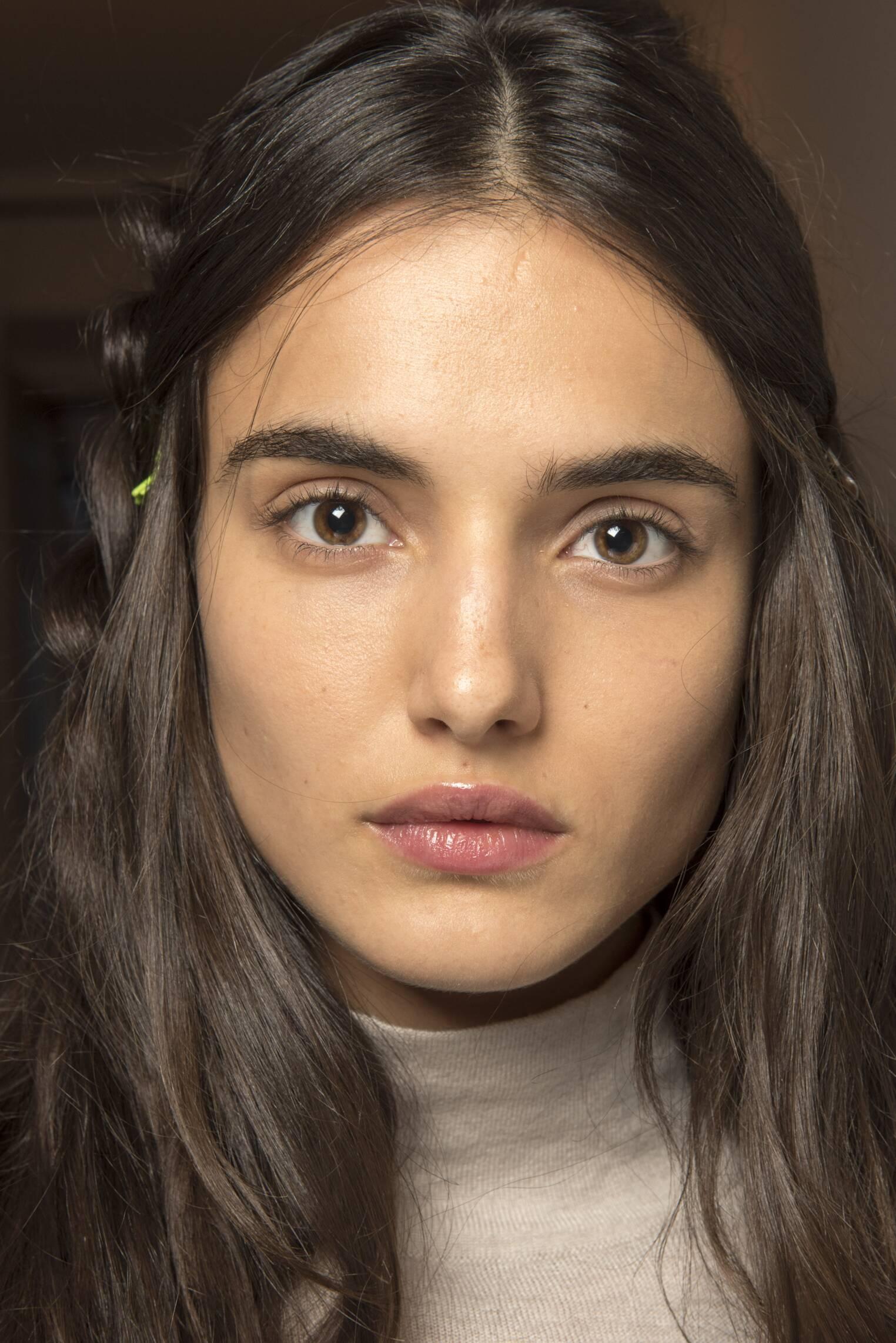 Model Backstage Alberta Ferretti 2017