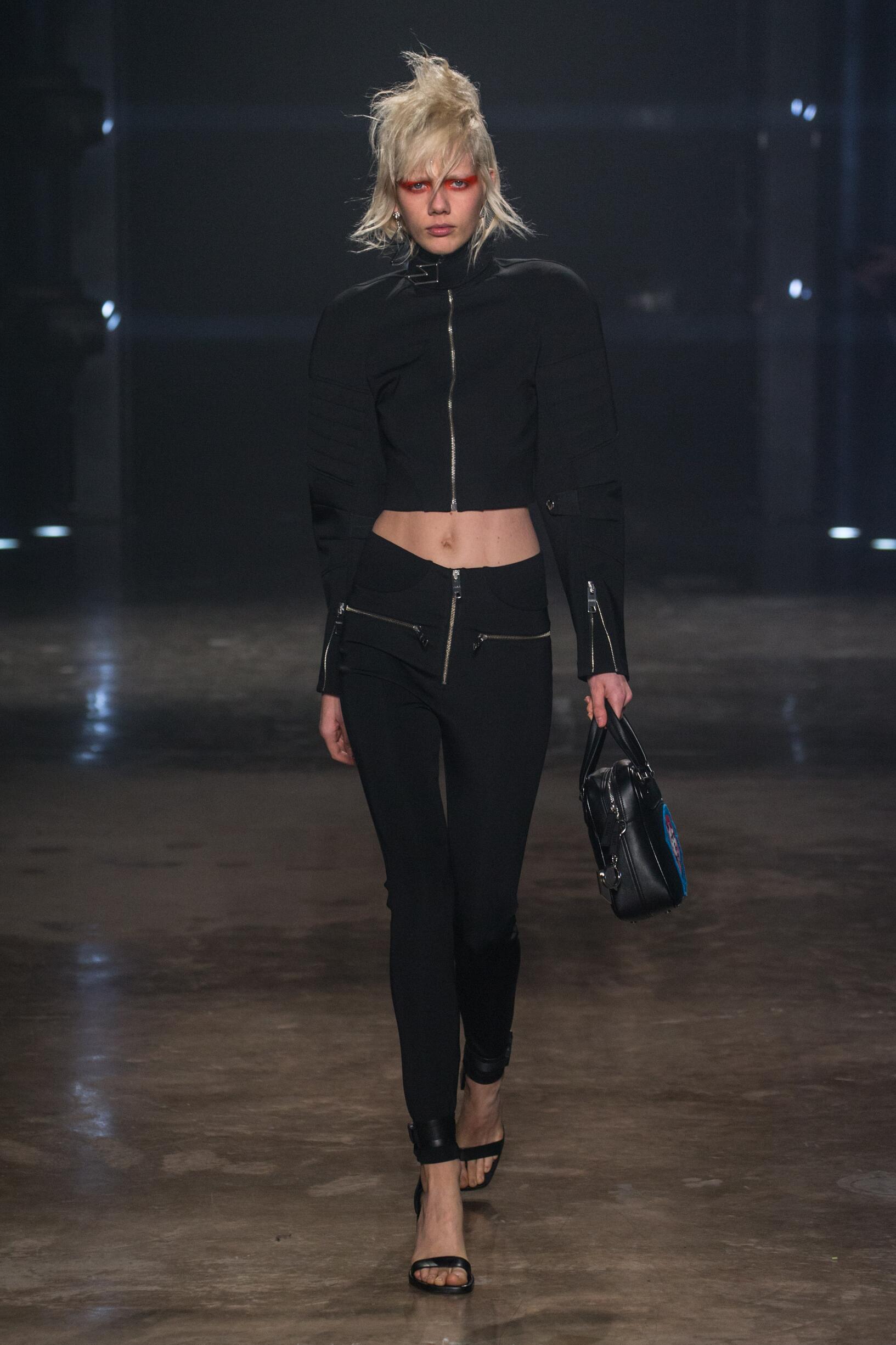 39554fd2cec60 Woman FW 2017-18 Fashion Show Versus Versace