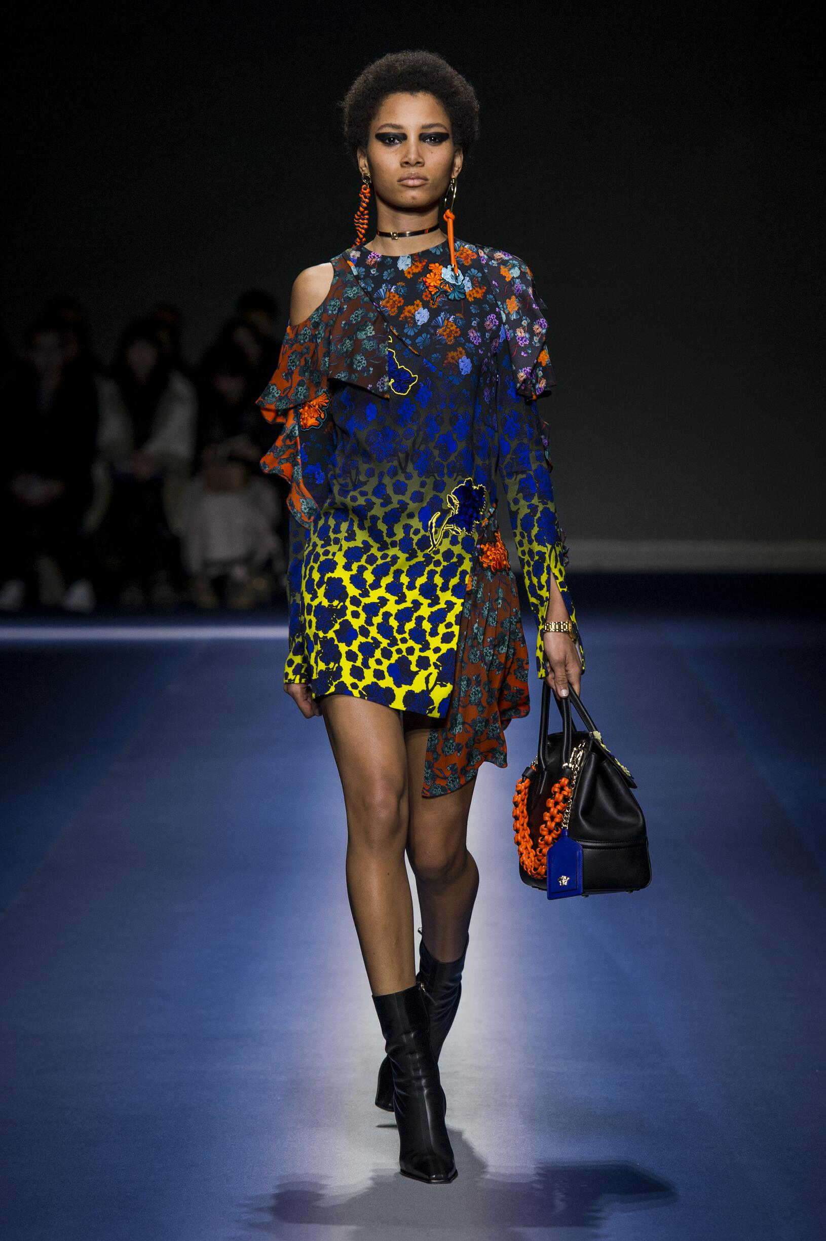 2017 Catwalk Versace Woman Fashion Show FW