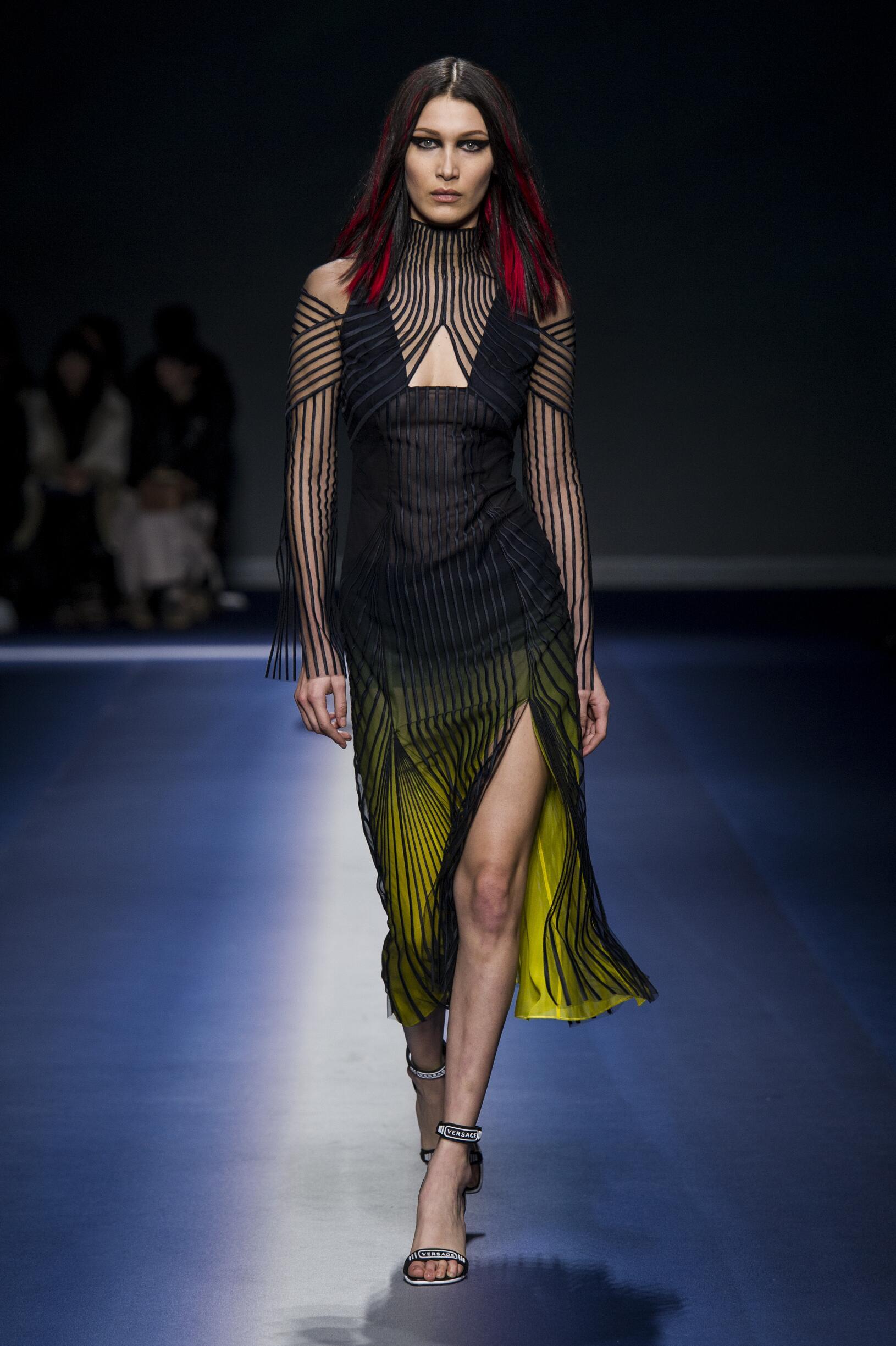 2017 Catwalk Versace Woman Fashion Show Winter
