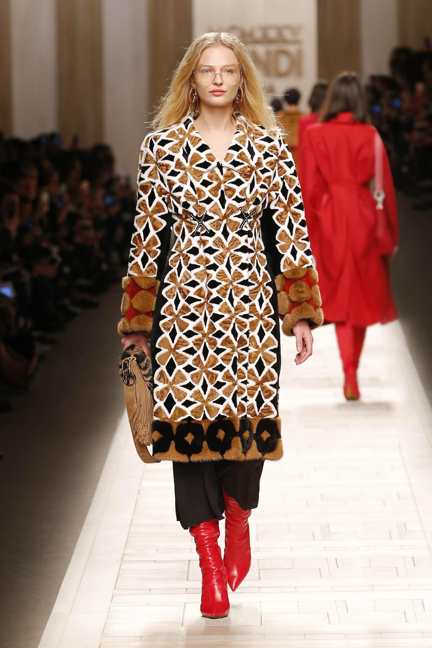 Fashion Woman Model Fendi Catwalk 17-18