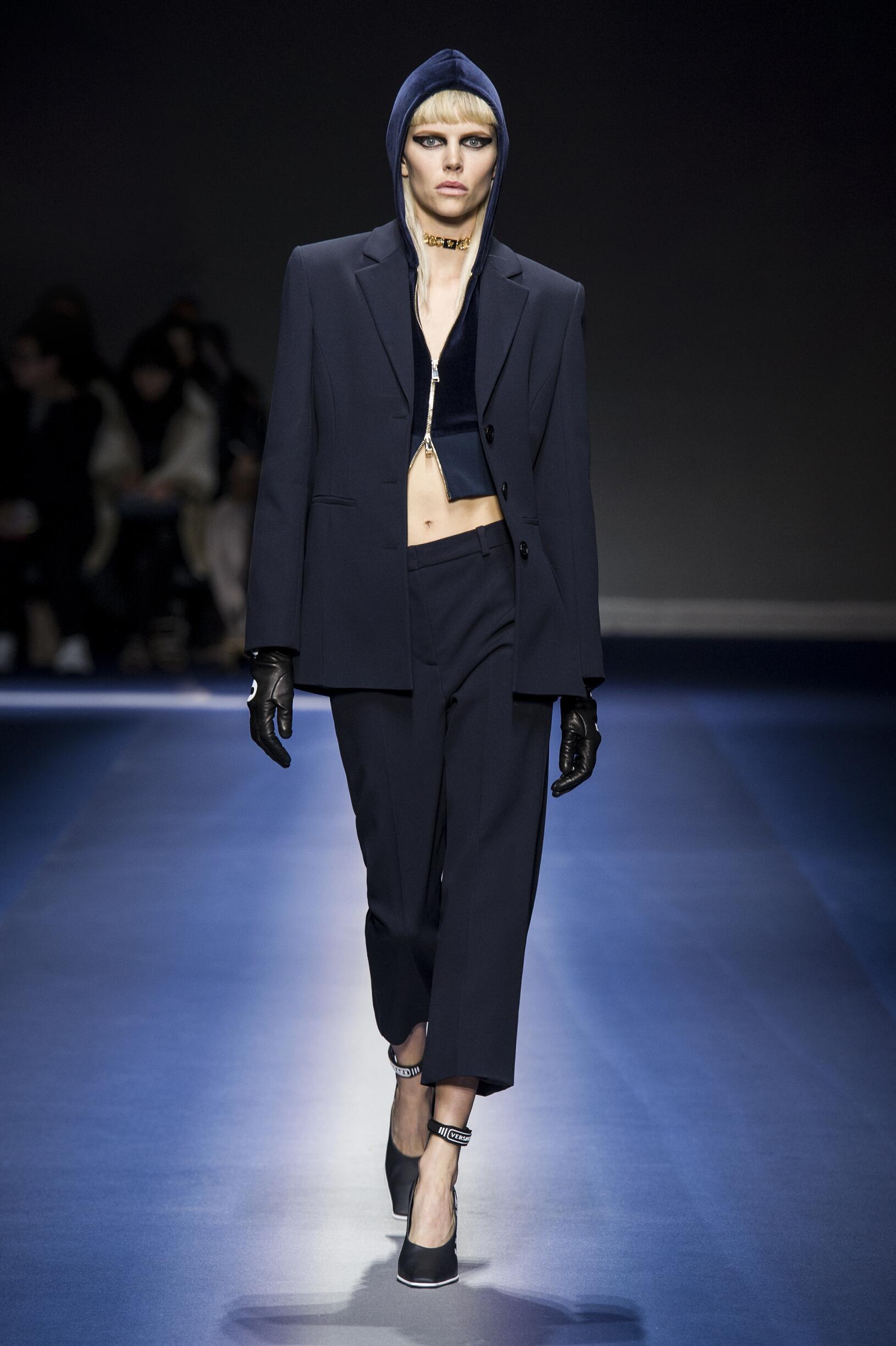 Fashion Woman Model Versace Catwalk 17-18
