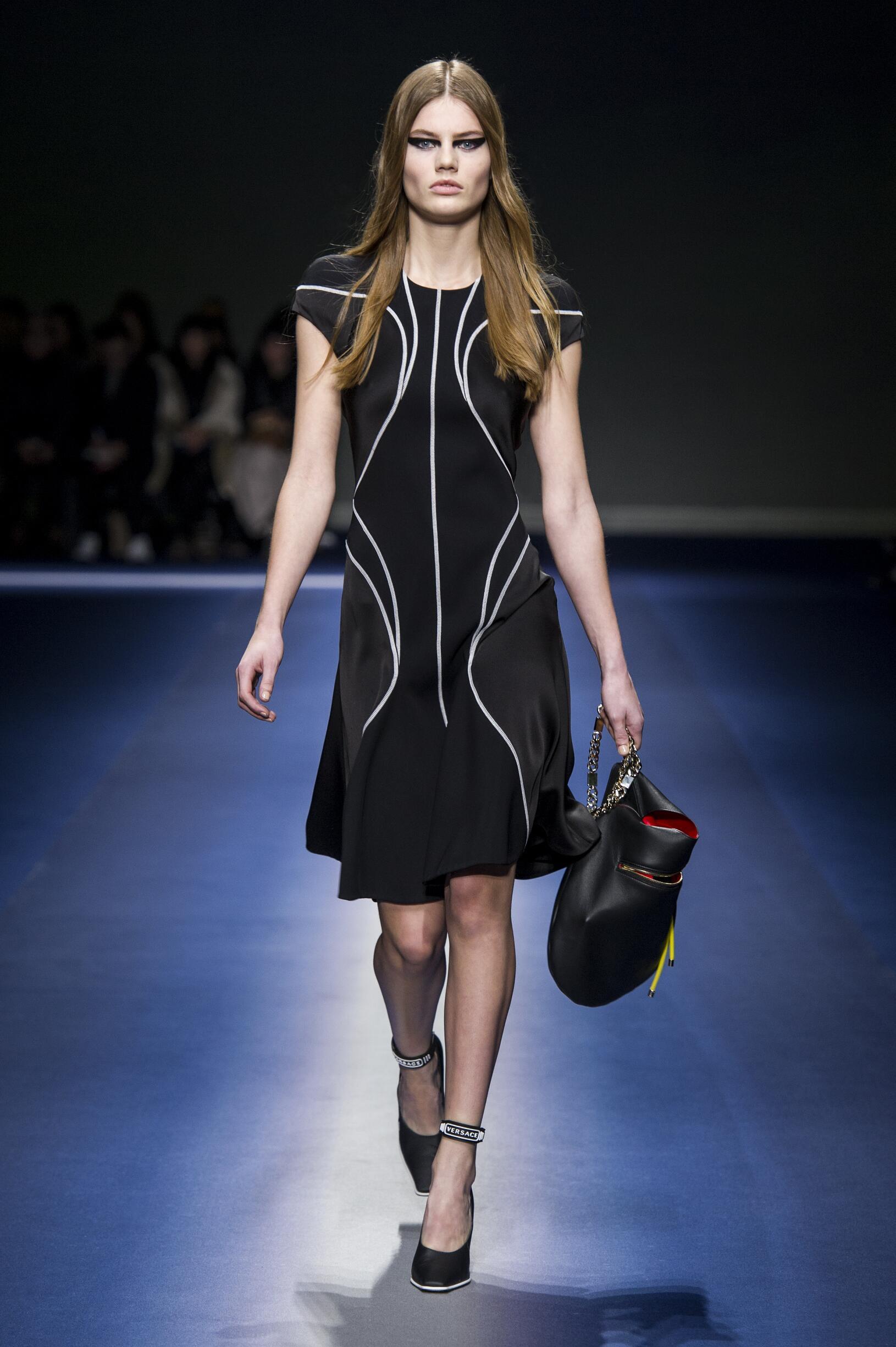 Runway Versace Fall Winter 2017 Women's Collection Milan Fashion Week