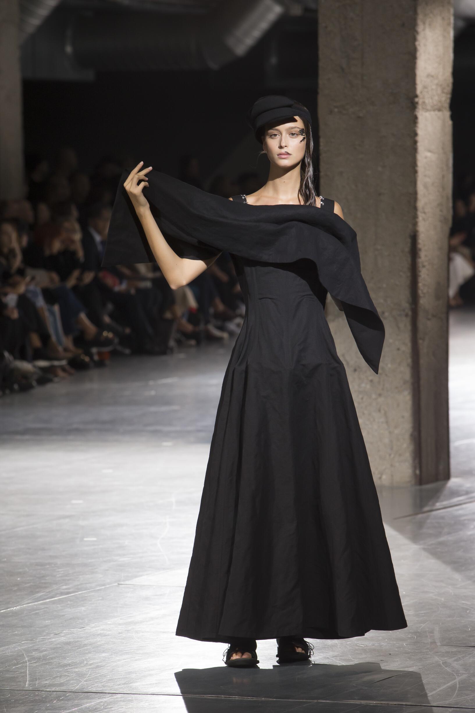 2018 Catwalk Yohji Yamamoto Woman Fashion Show Summer