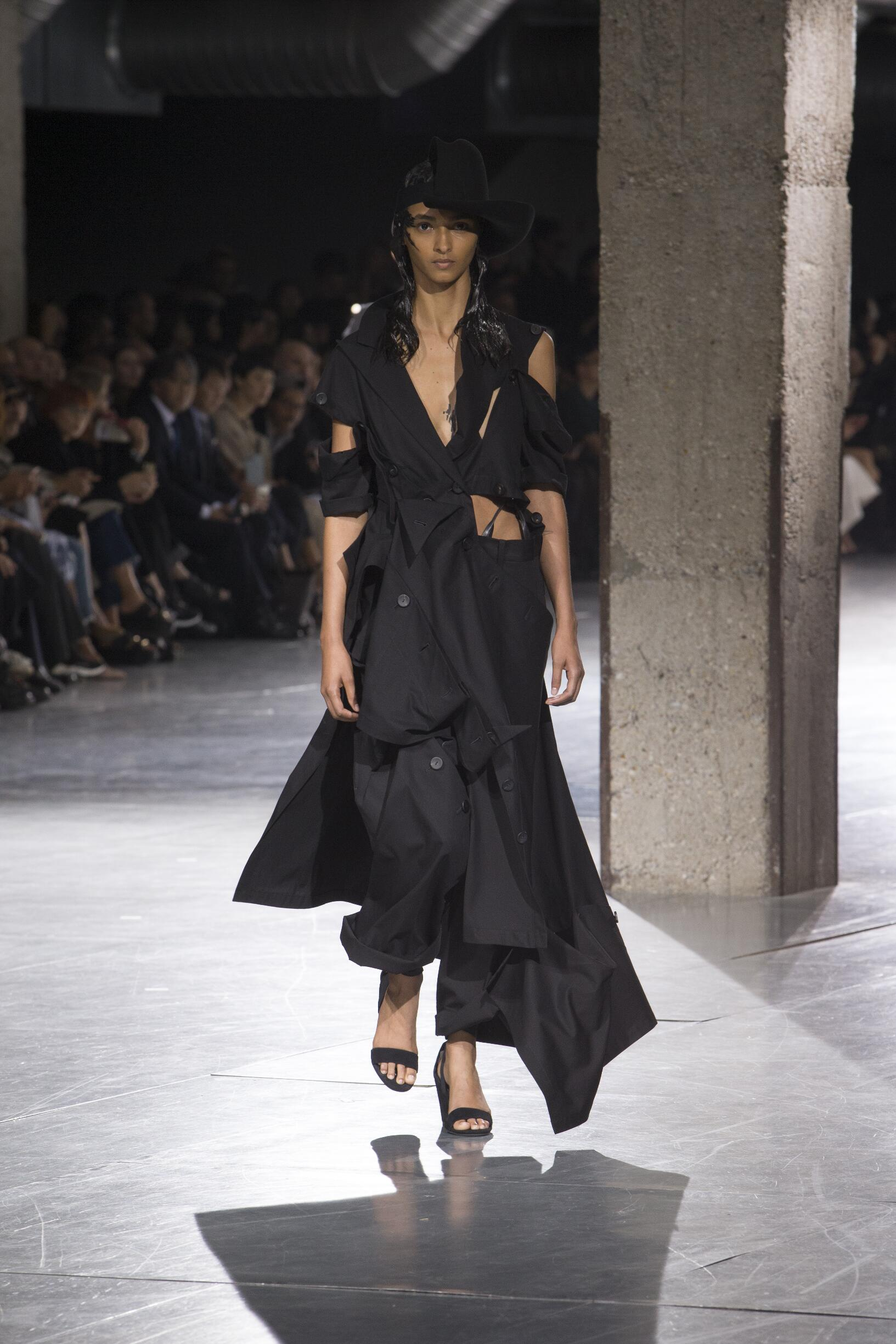 YOHJI YAMAMOTO SPRING SUMMER 2018 WOMEN S COLLECTION  4aa59cd48