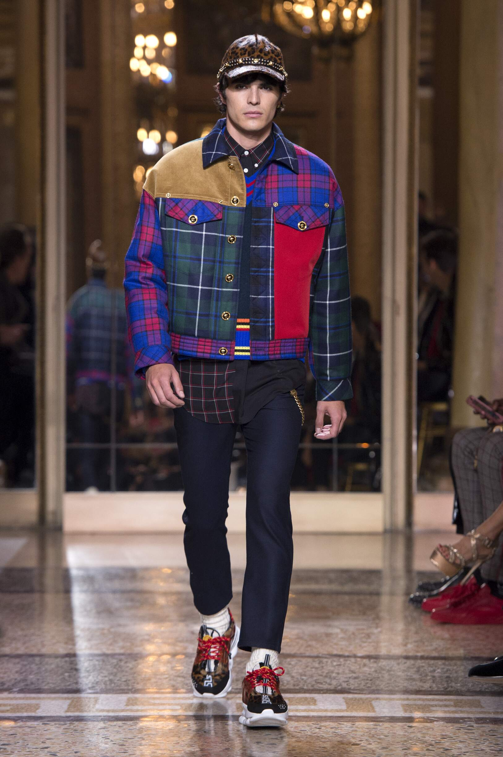 Runway Versace Fall Winter 2018 Men's Collection Milan Fashion Week