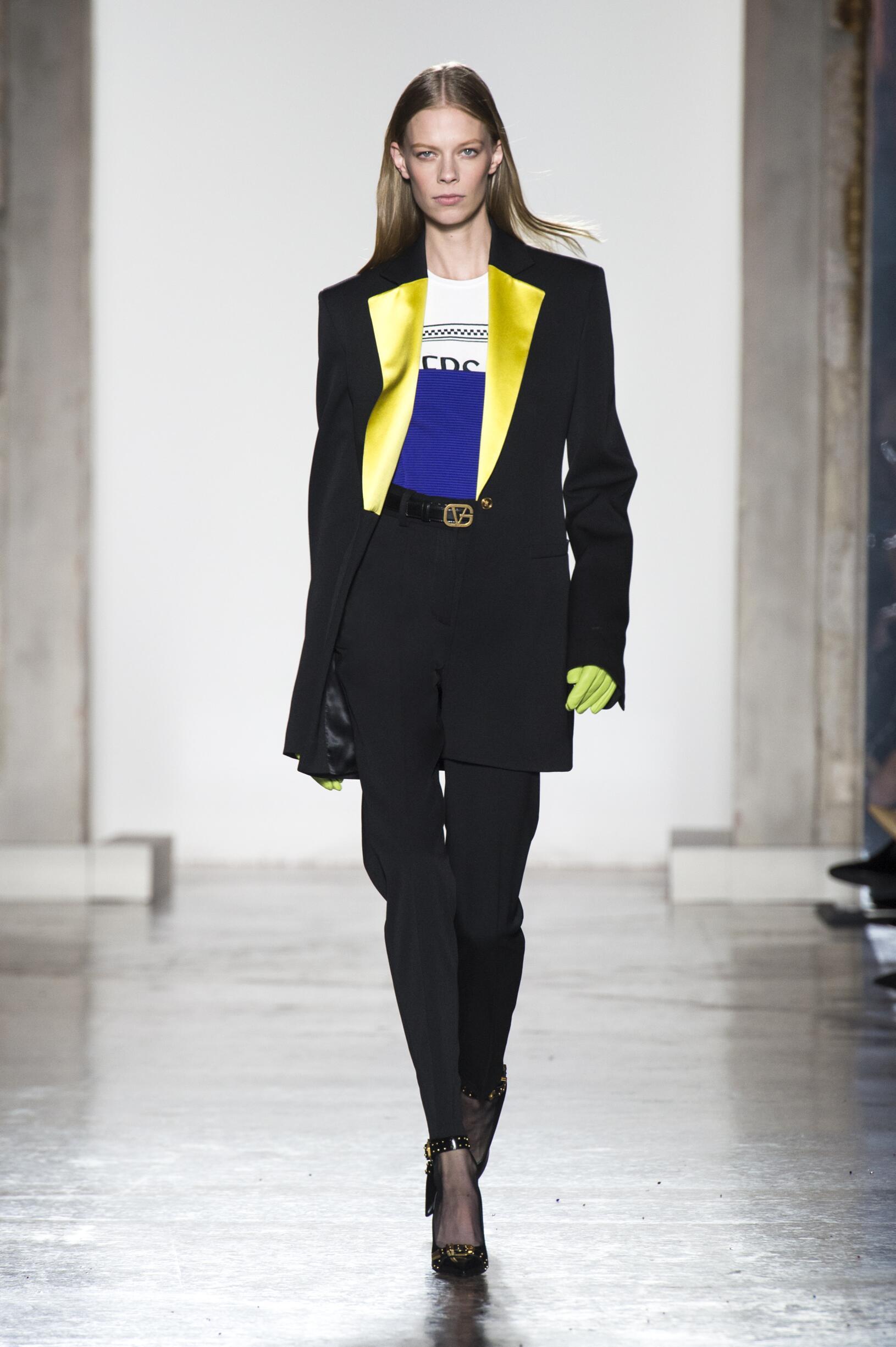 2018 Catwalk Versace Woman Fashion Show Winter