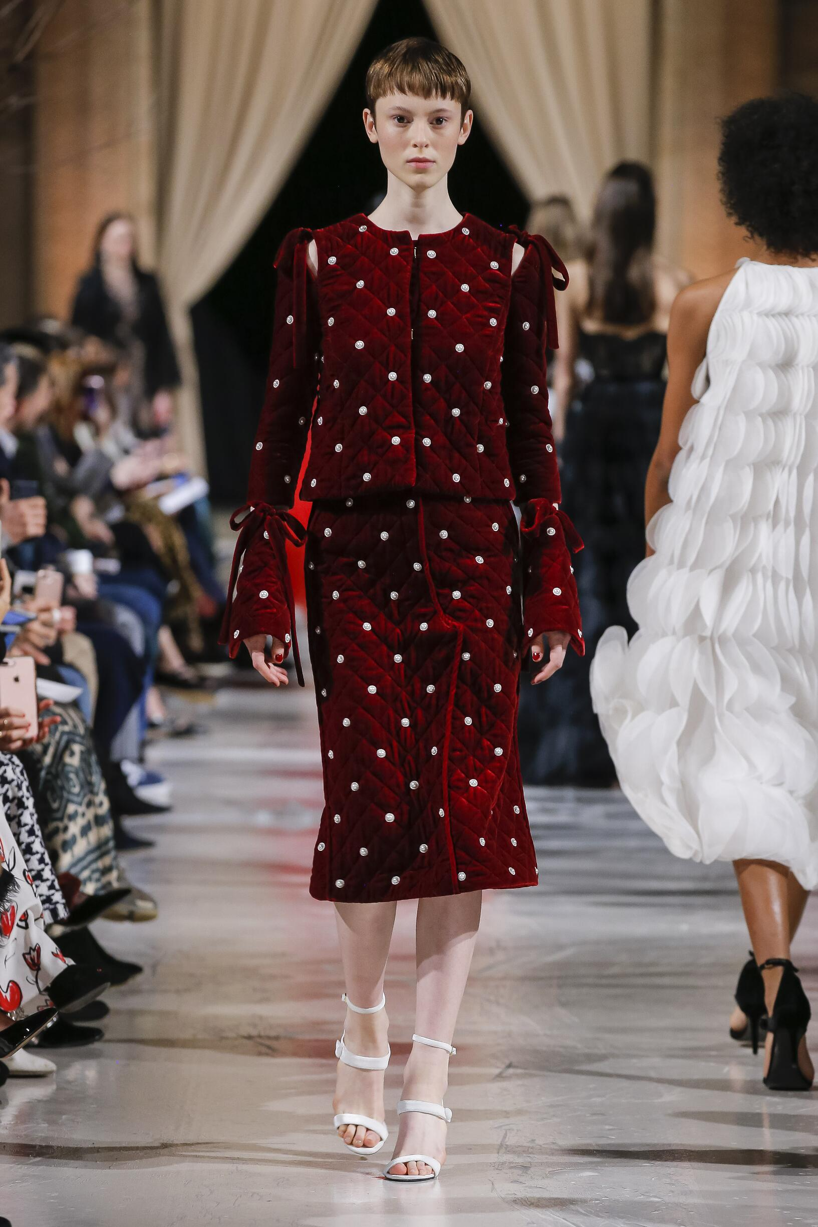 2018 Oscar de la Renta Woman Winter Catwalk