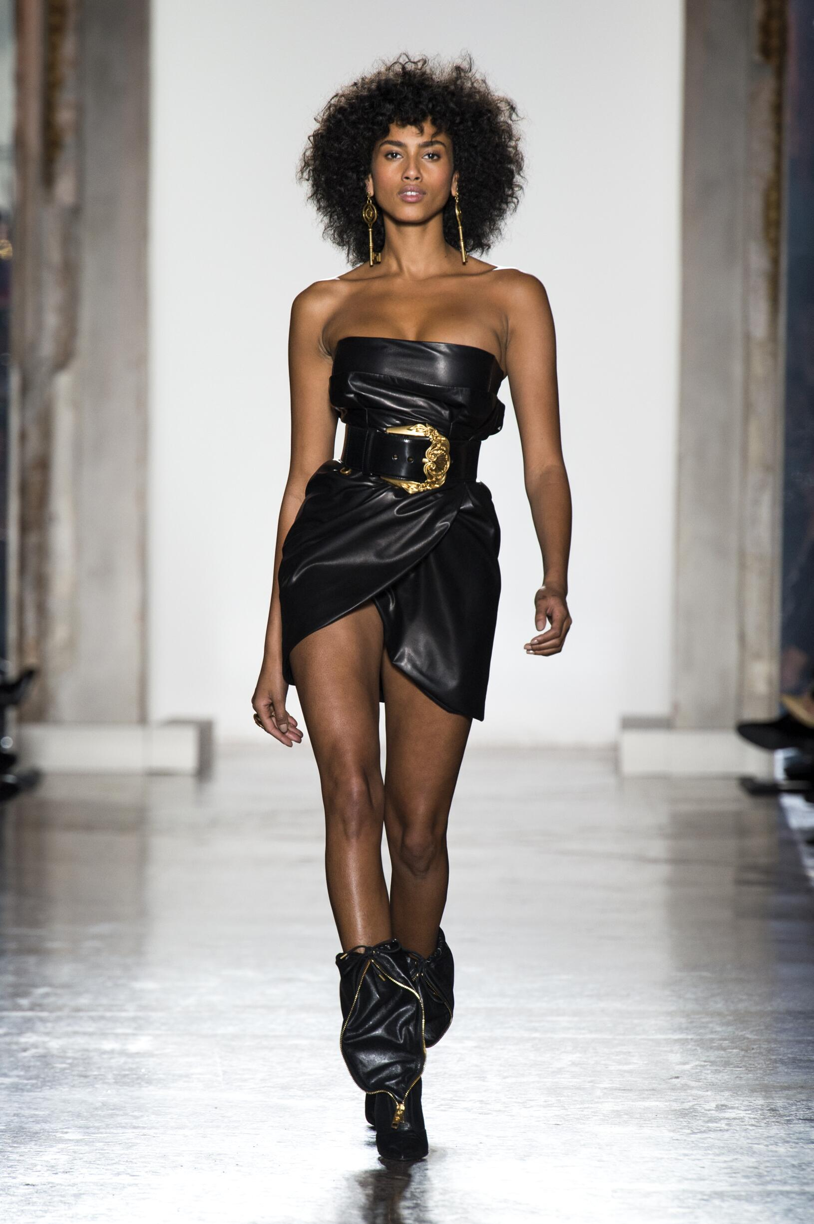 Catwalk Versace Woman Fashion Show Winter 2018