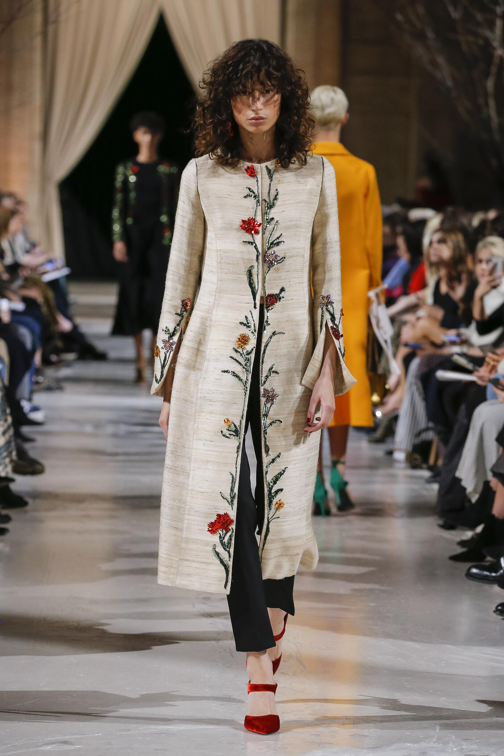Oscar de la Renta Winter 2018 Woman Catwalk