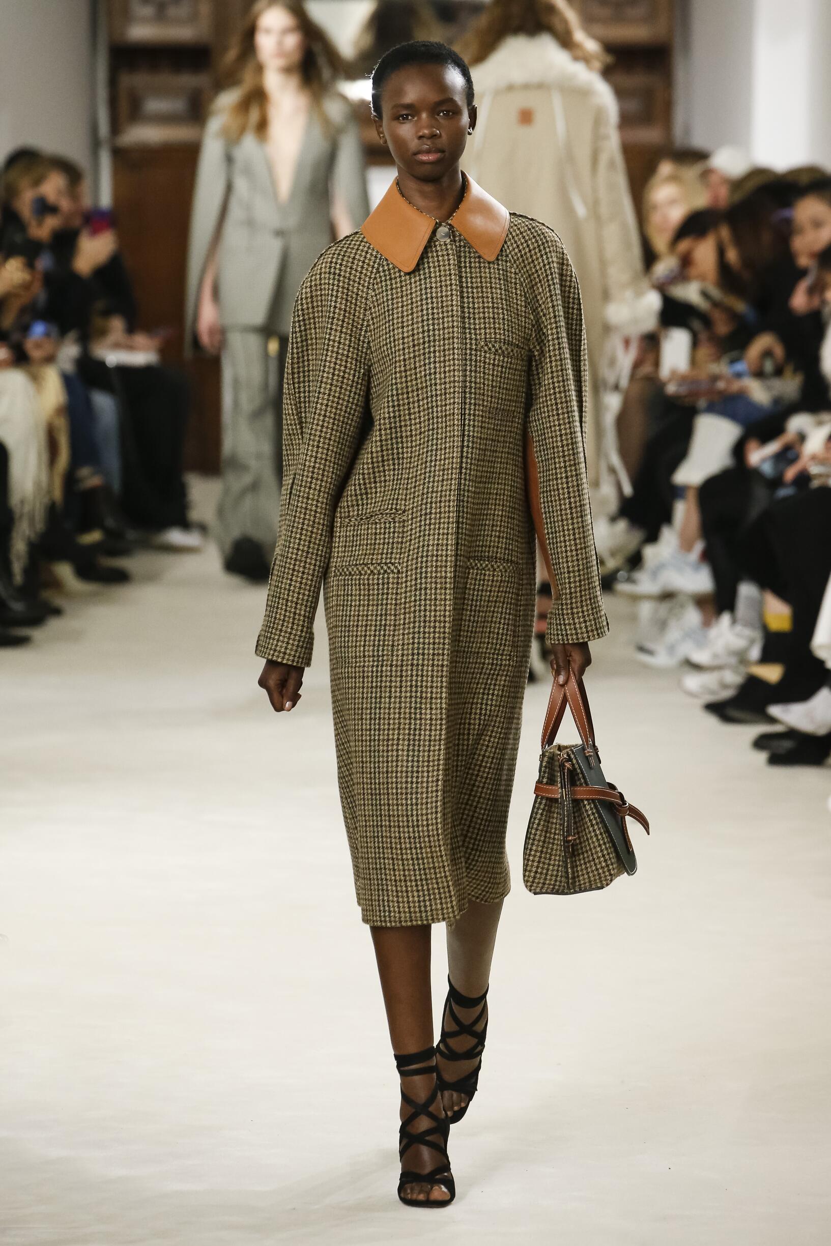 2018 Catwalk Loewe Woman Fashion Show Winter