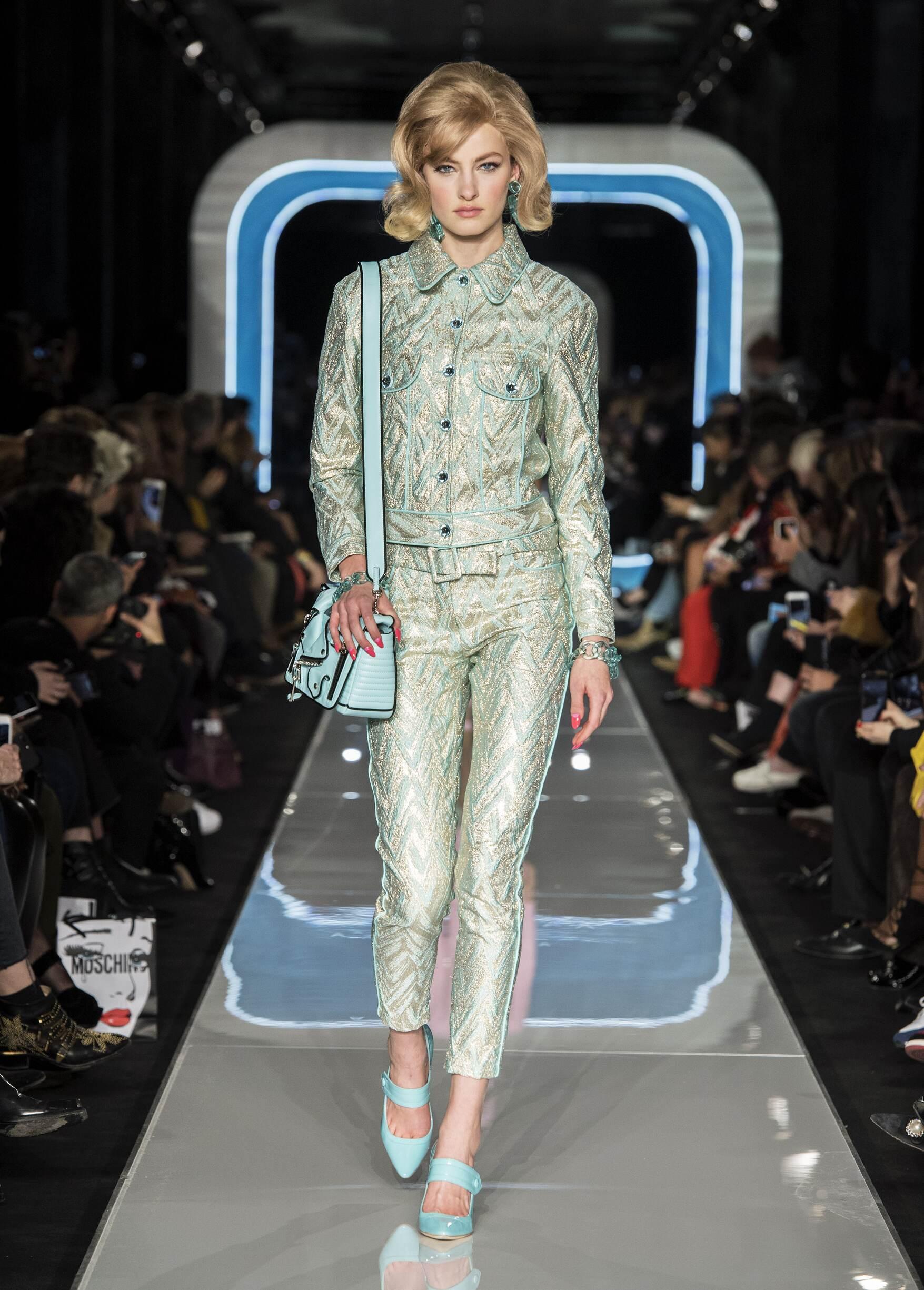 2018 Catwalk Moschino Woman Fashion Show Winter