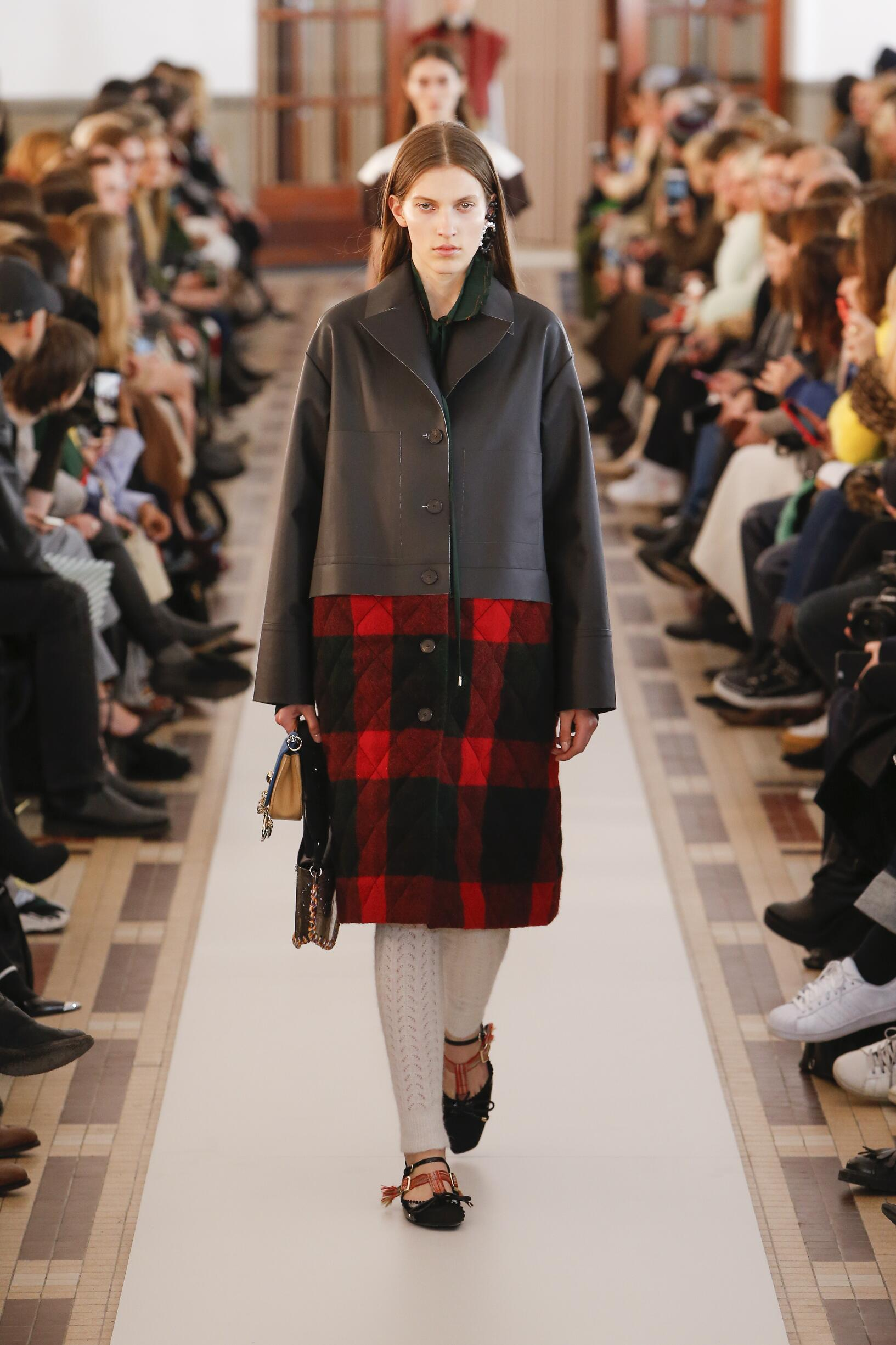 Carven Winter 2018 Woman Catwalk