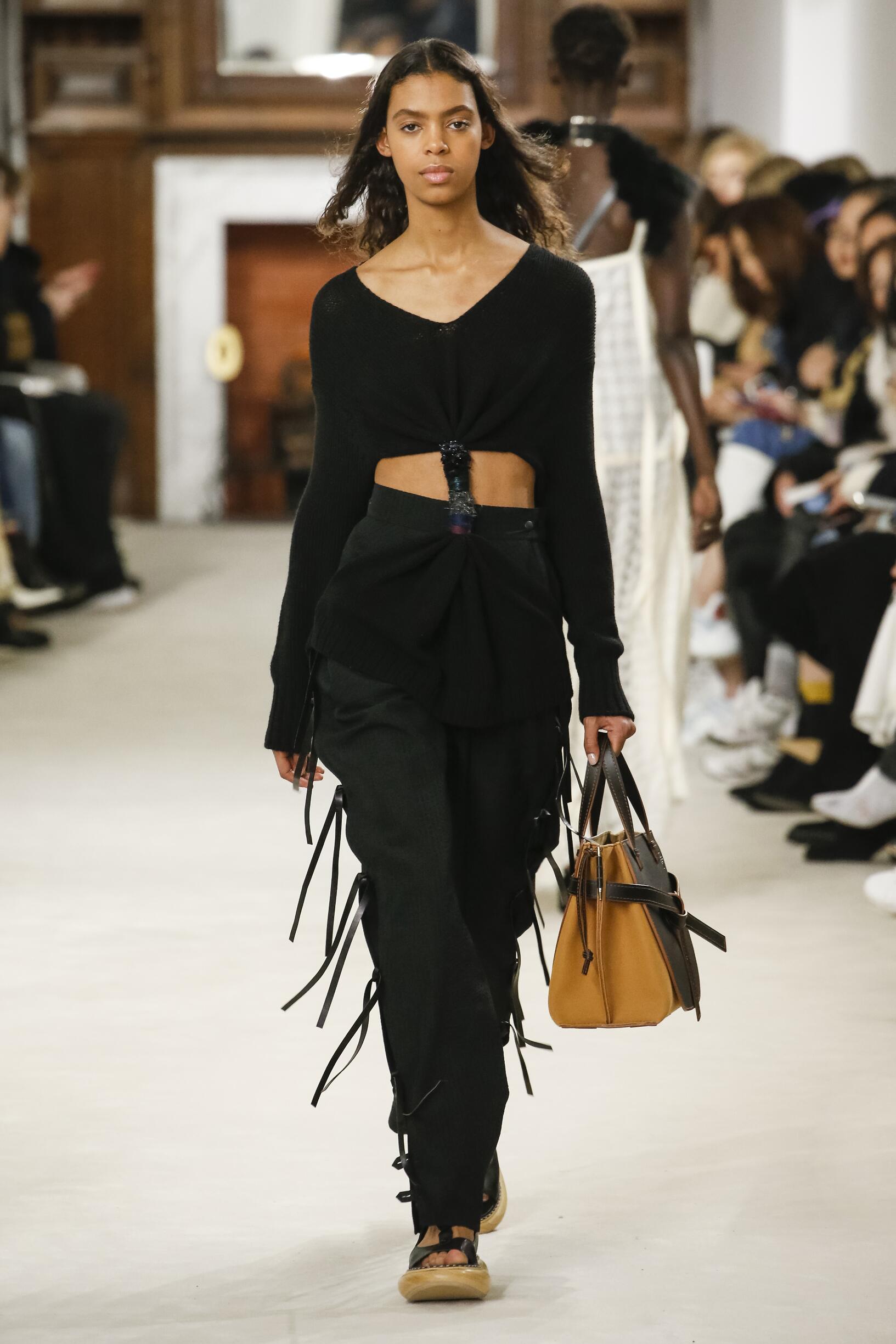 Catwalk Loewe Woman Fashion Show Winter 2018