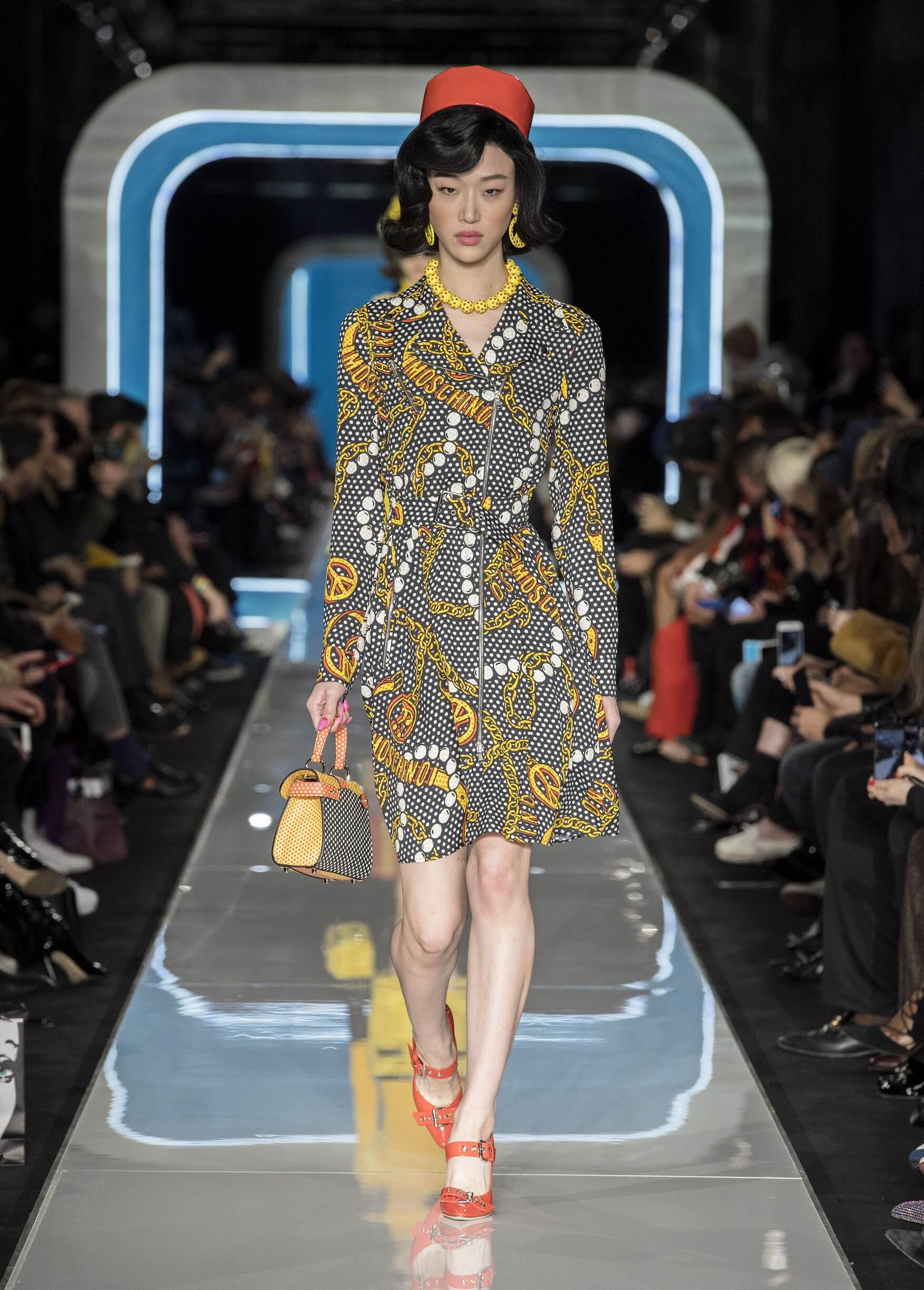 Catwalk Moschino Woman Fashion Show Winter 2018