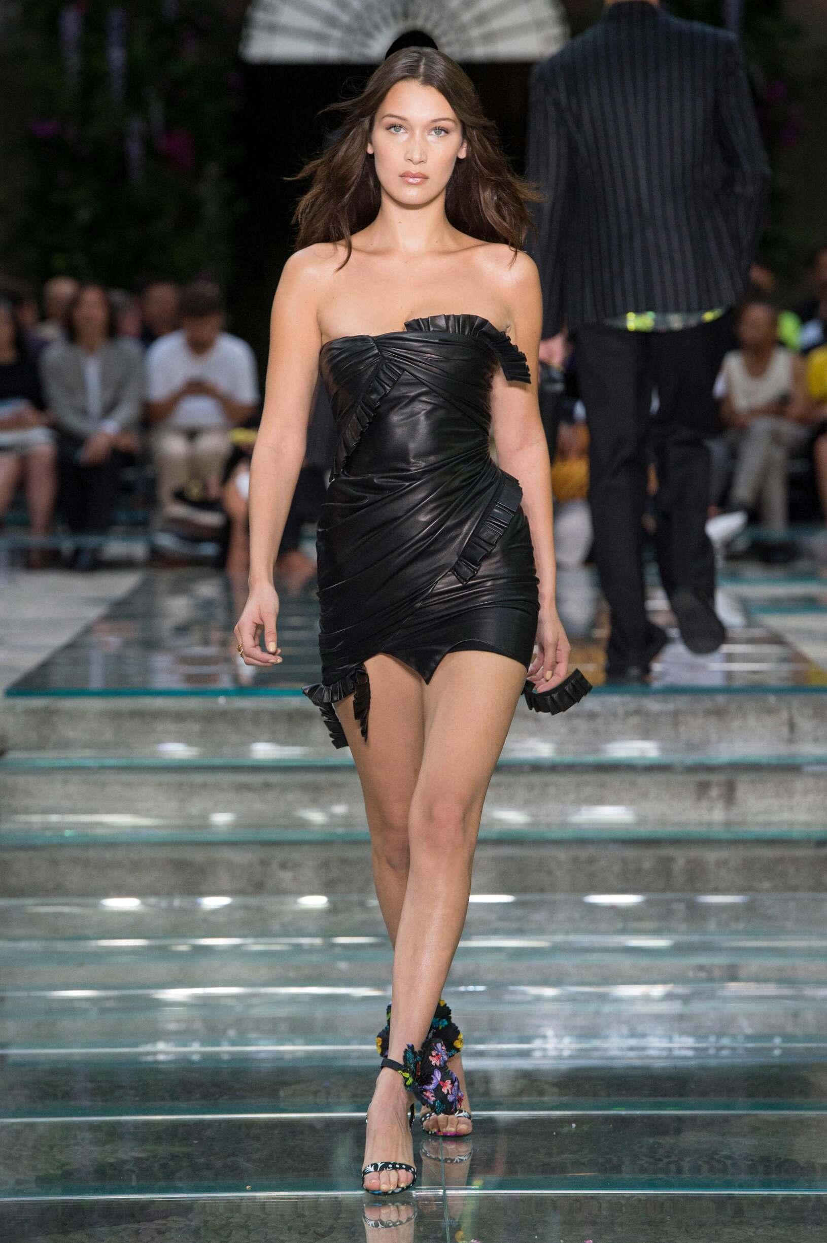 Woman Fashion 2019 Runway Versace Summer