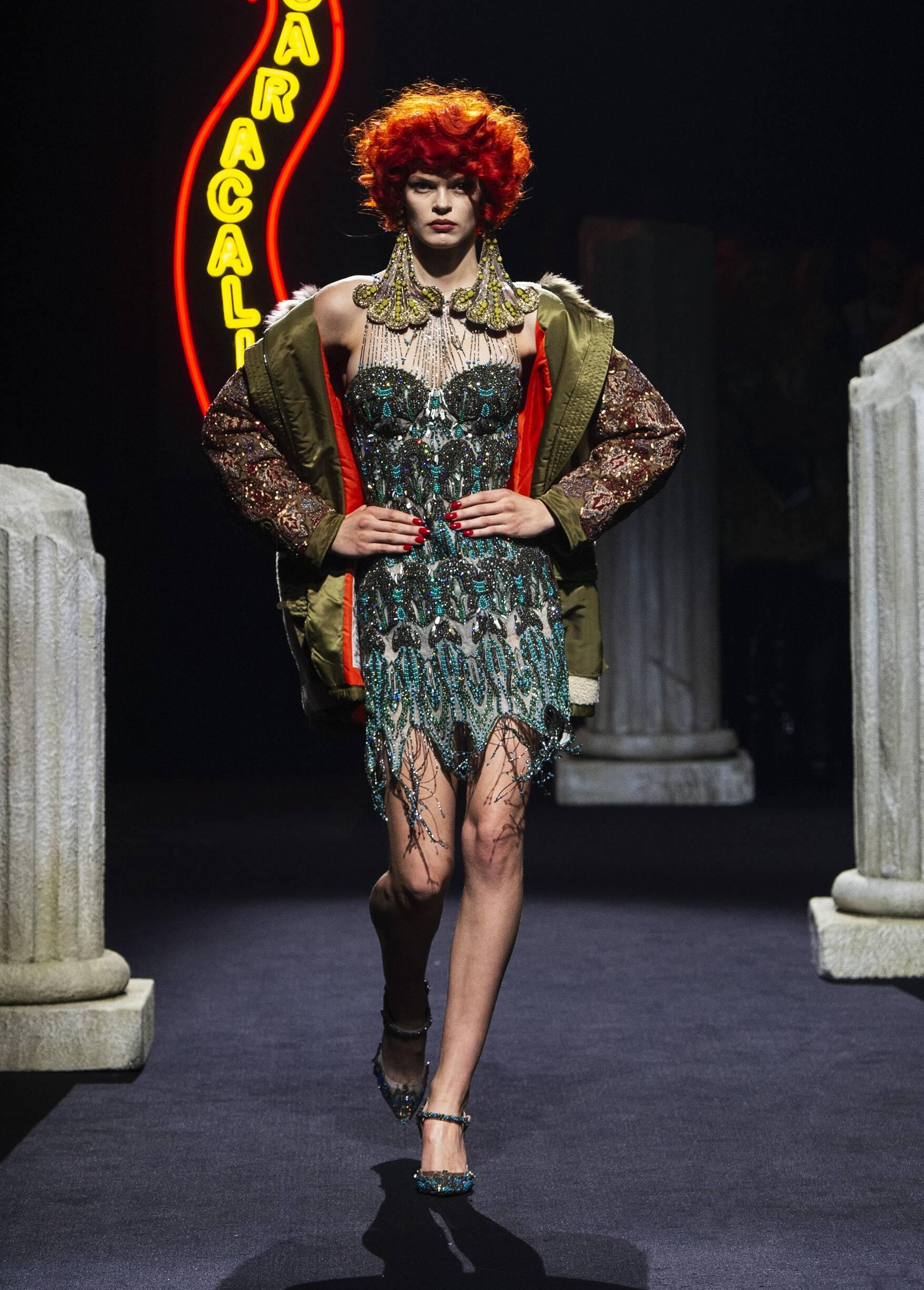 2019 Catwalk Moschino Woman Fashion Show Winter