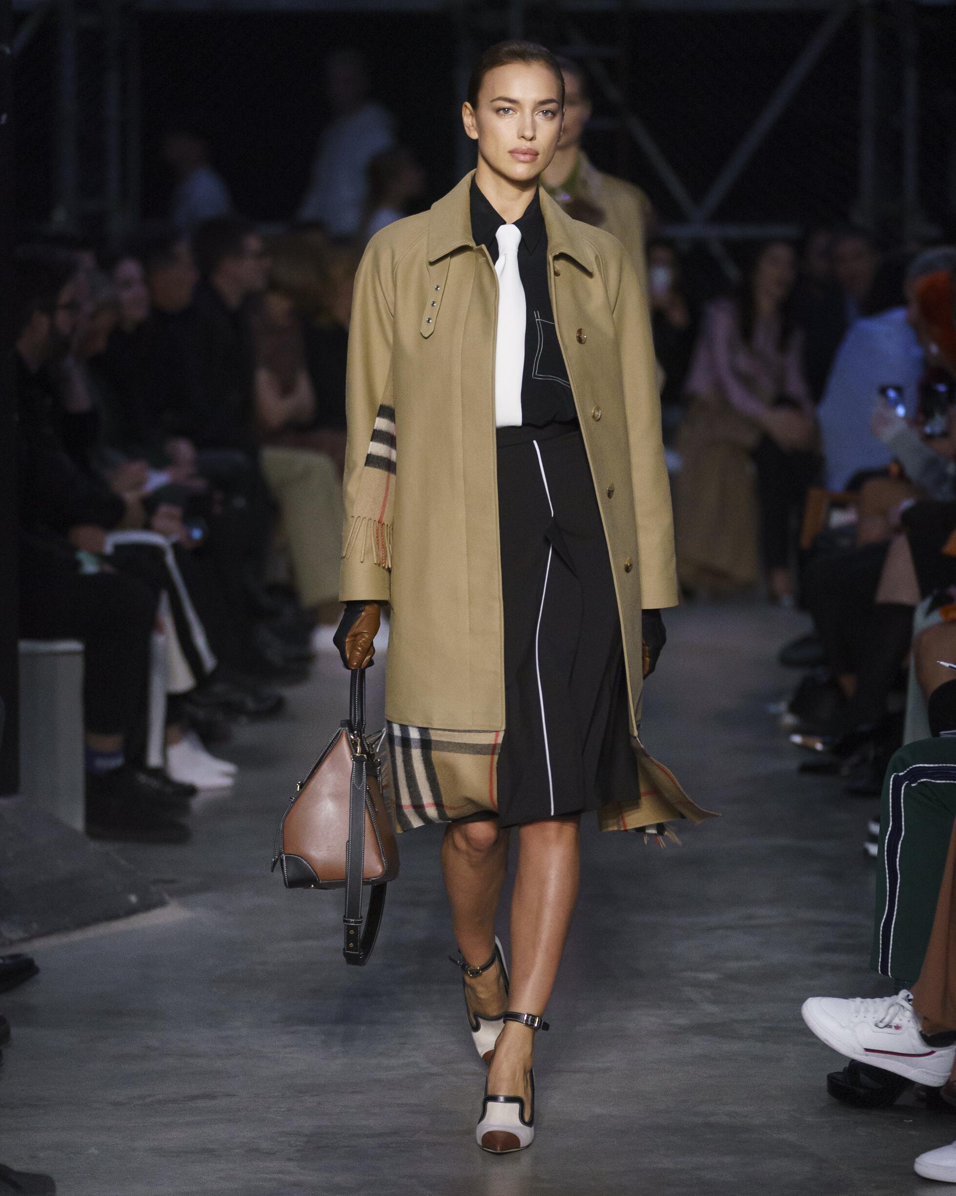Catwalk Burberry Woman Fashion Show Winter 2019