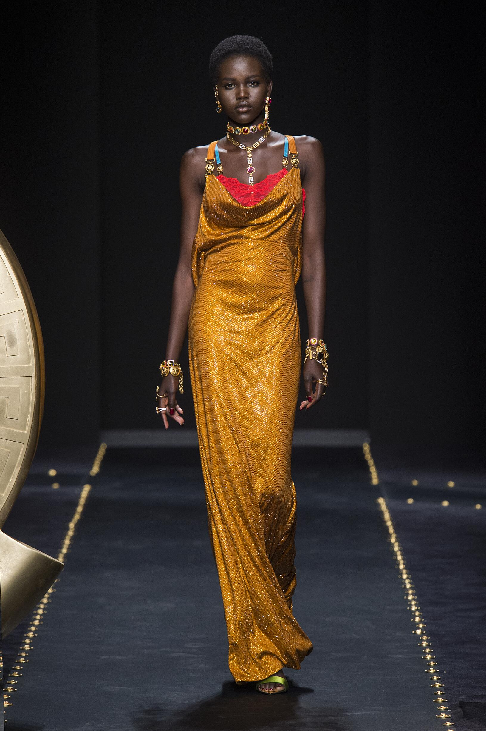 Catwalk Versace Woman Fashion Show Winter 2019