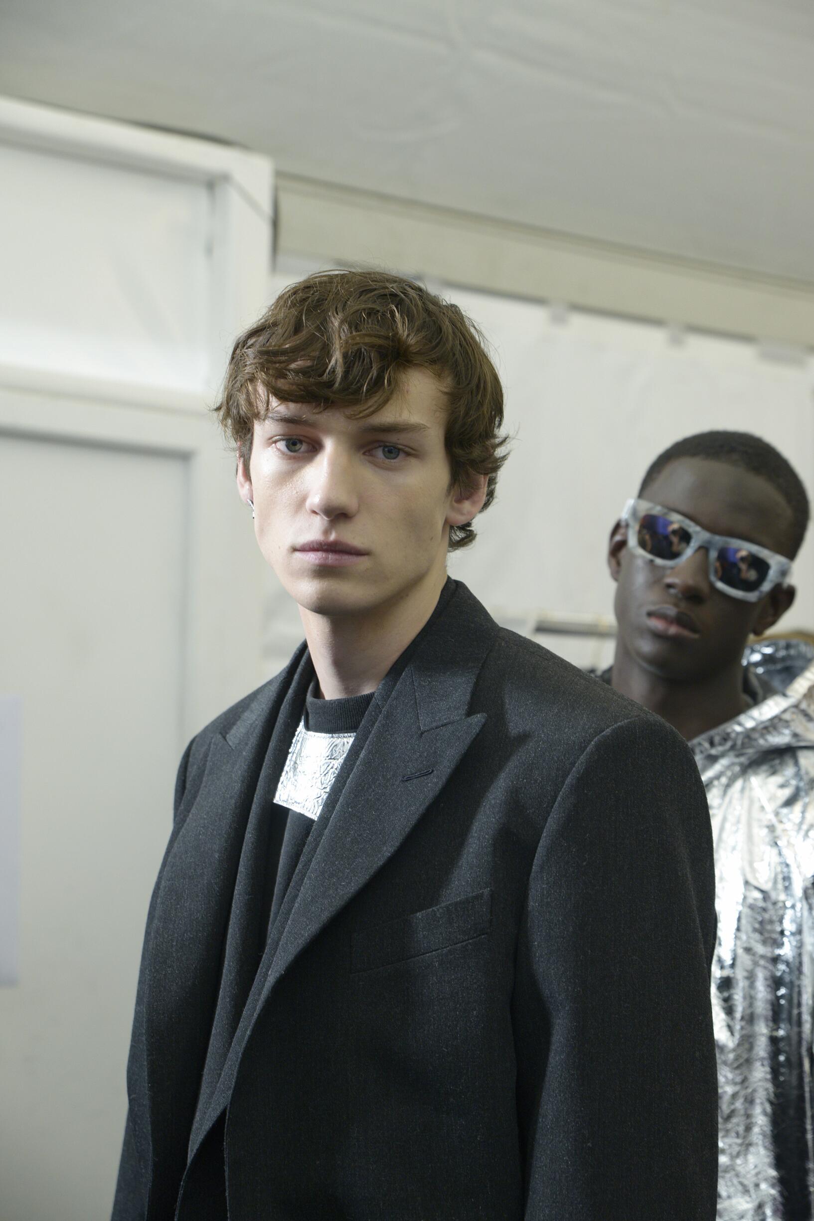 Models 19-20 Backstage Louis Vuitton